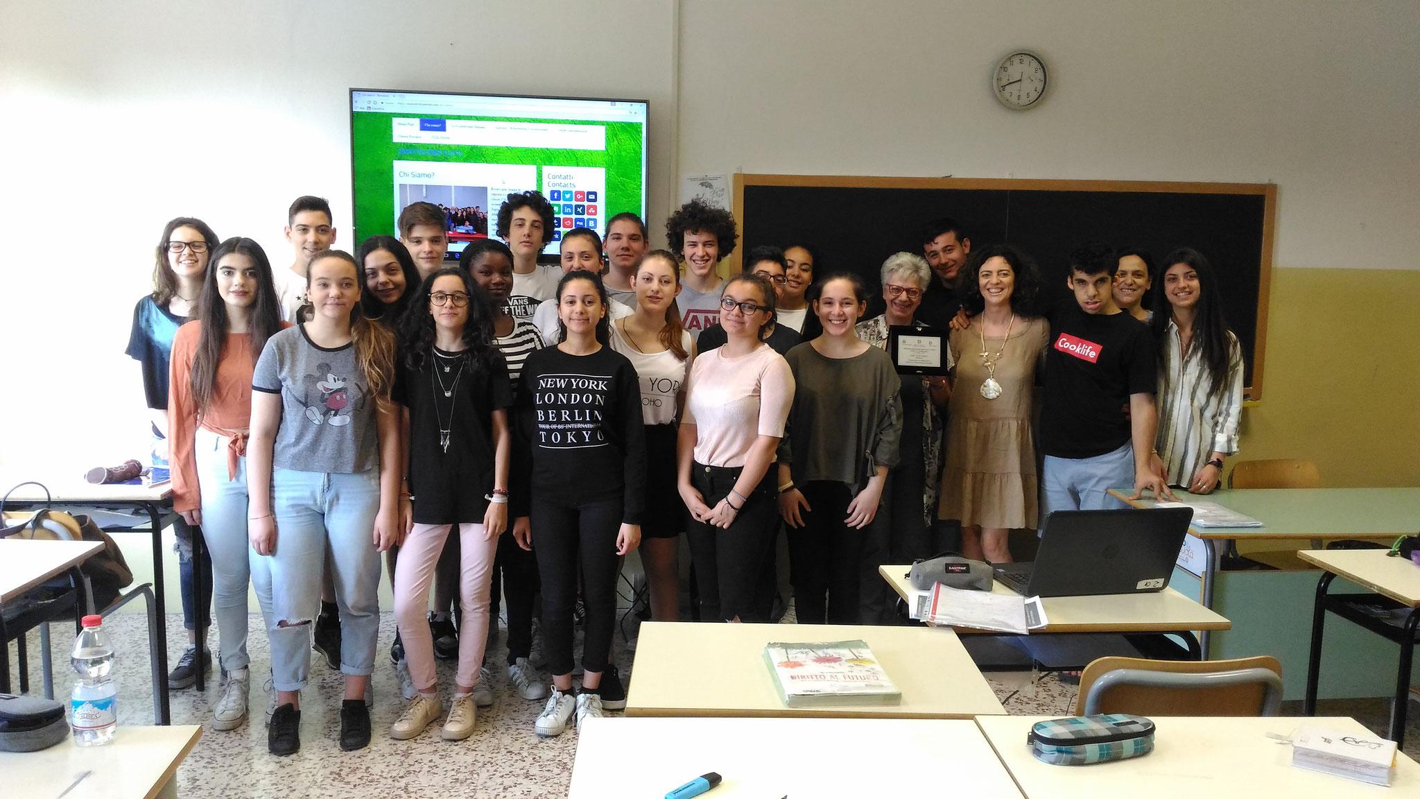 """La classe 2G con la preside R. Pinelli, la prof. F. Labidonisia, la prof. M. Trane e la targa della premiazione """"Ricerca e rielaborazione culturale"""""""