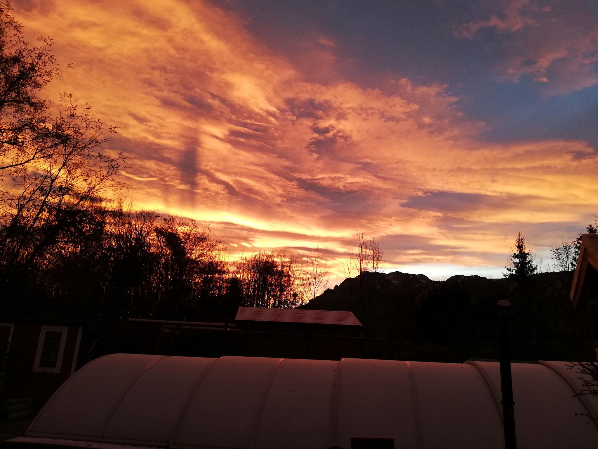 Wunderschöne Wolkenfarben über der Sternwarte
