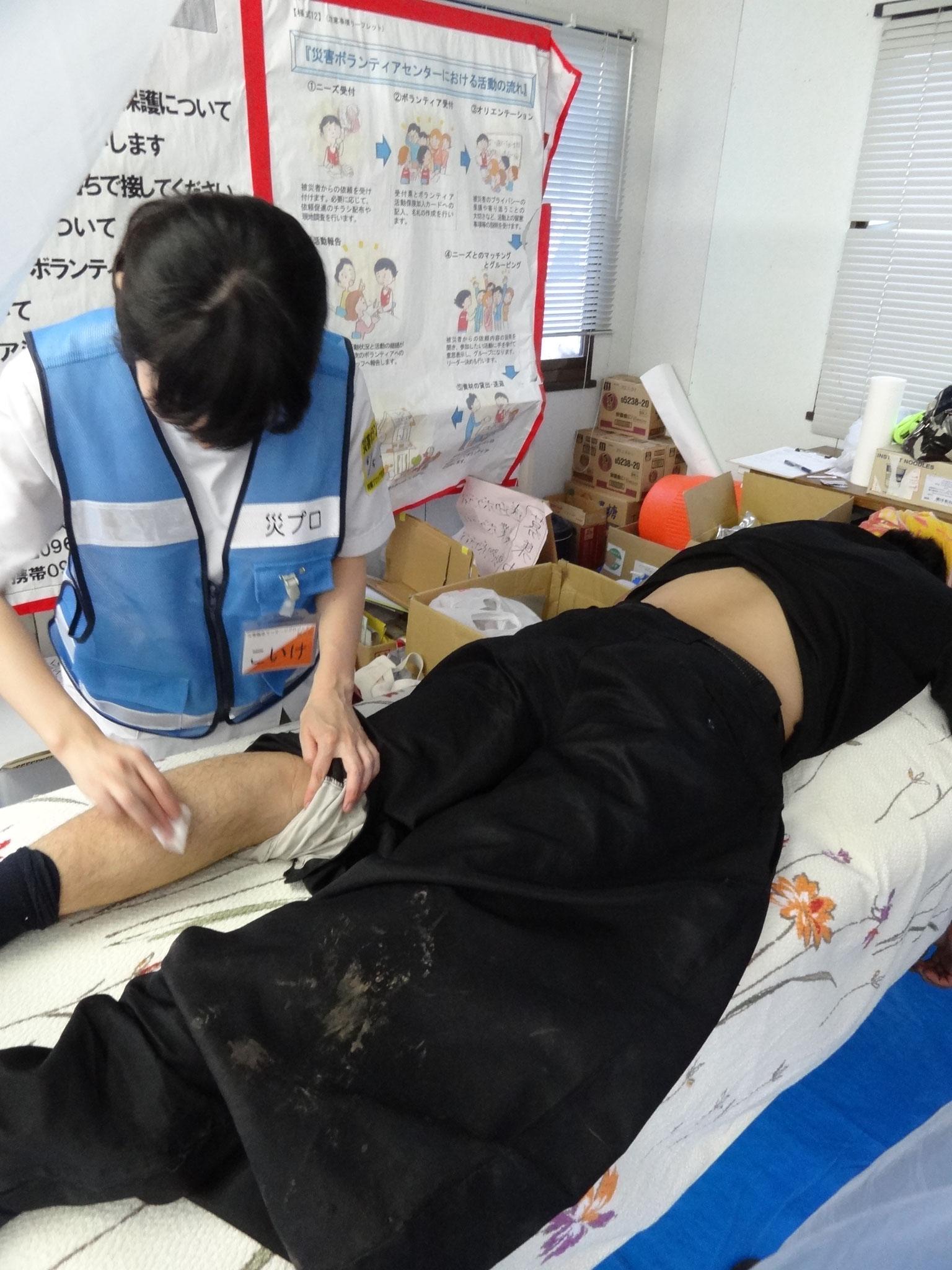 施術中の小池鍼灸師 西原村ボランティアセンターにて