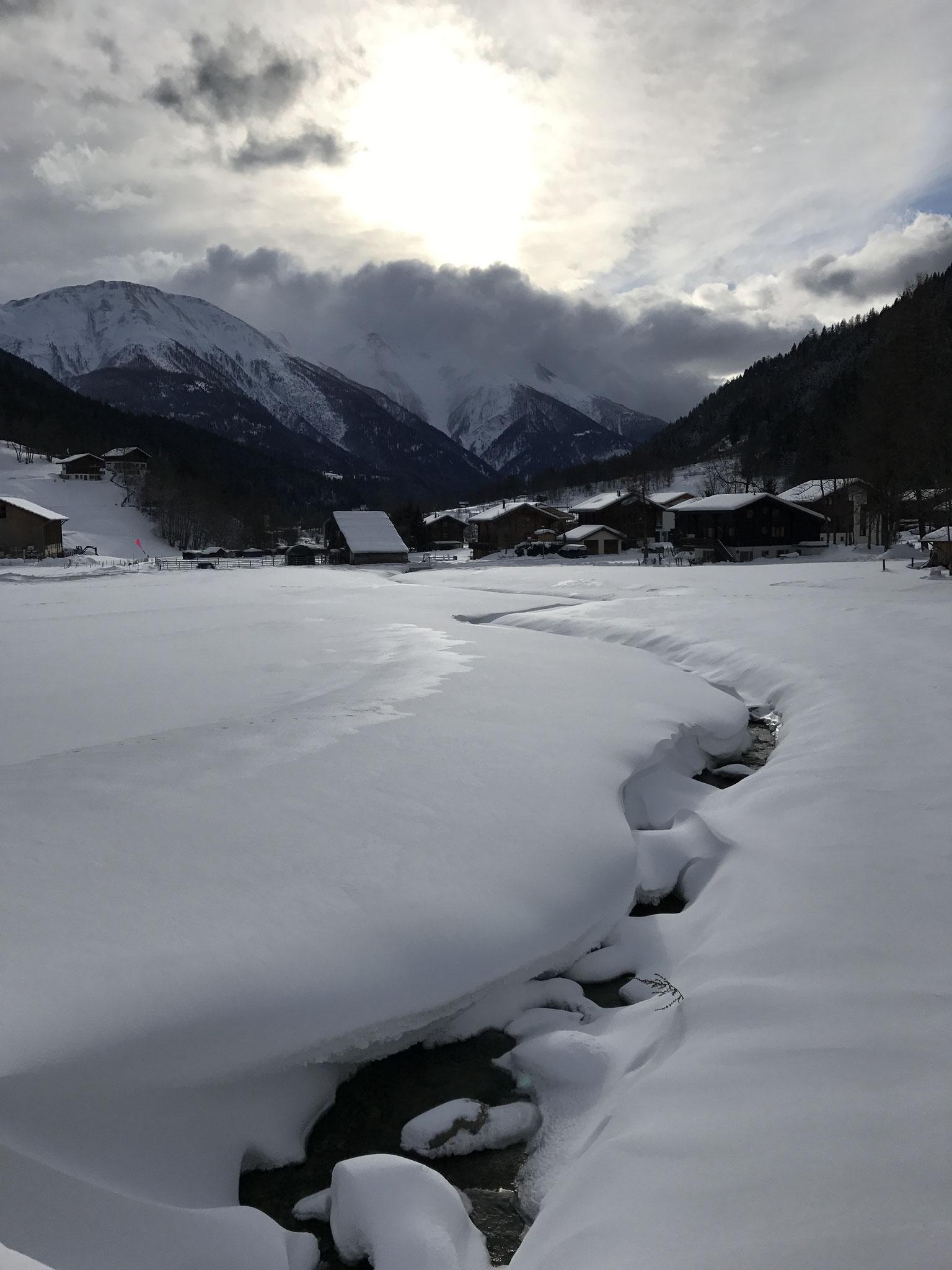 verschneiter Bach in Fieschertal