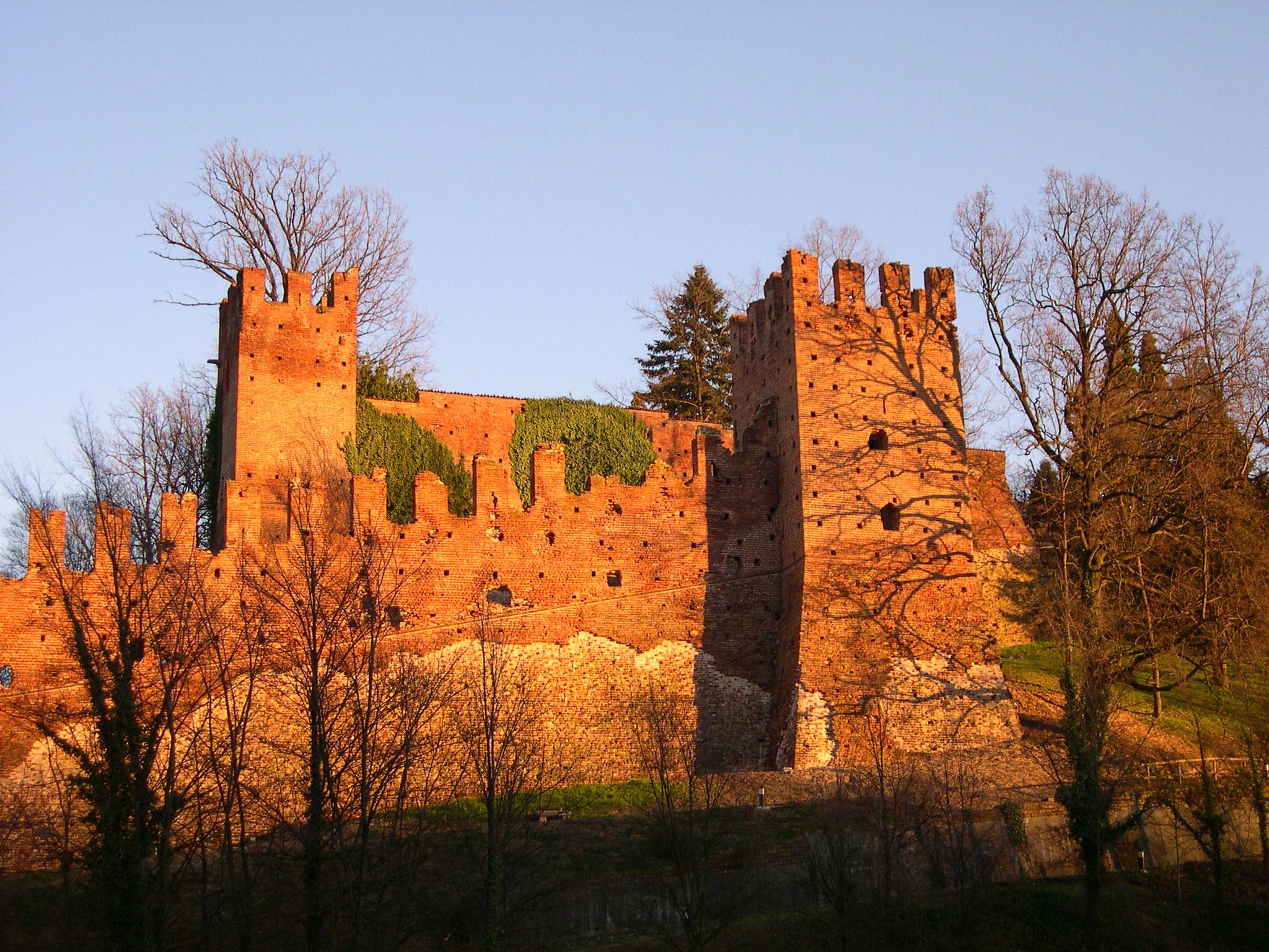 Il castello al tramonto. Le mura ovest