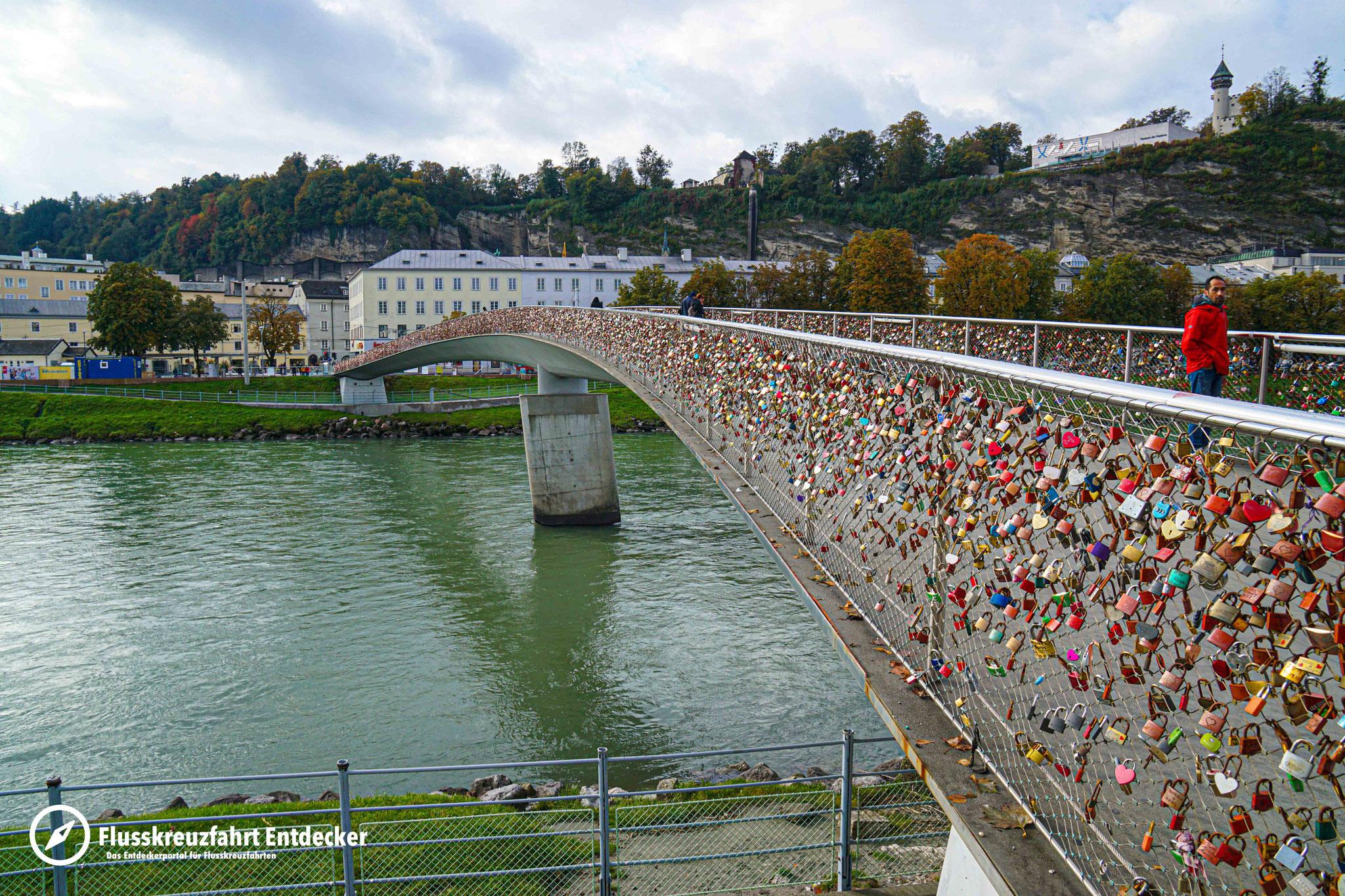 Brücken führen die Fußgänger vom neuen in den alten Teil Salzburgs