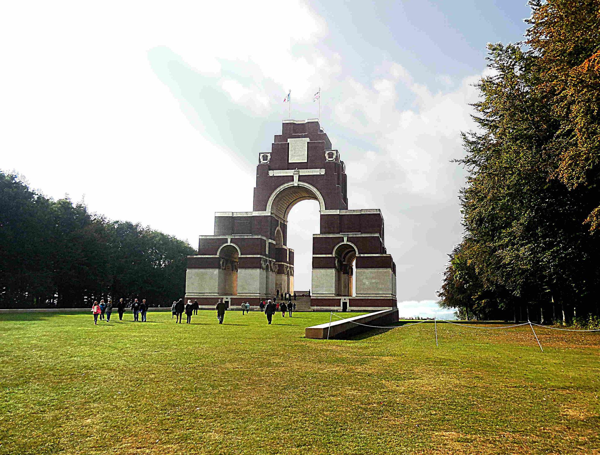 Le mémorial domine les champs de bataille