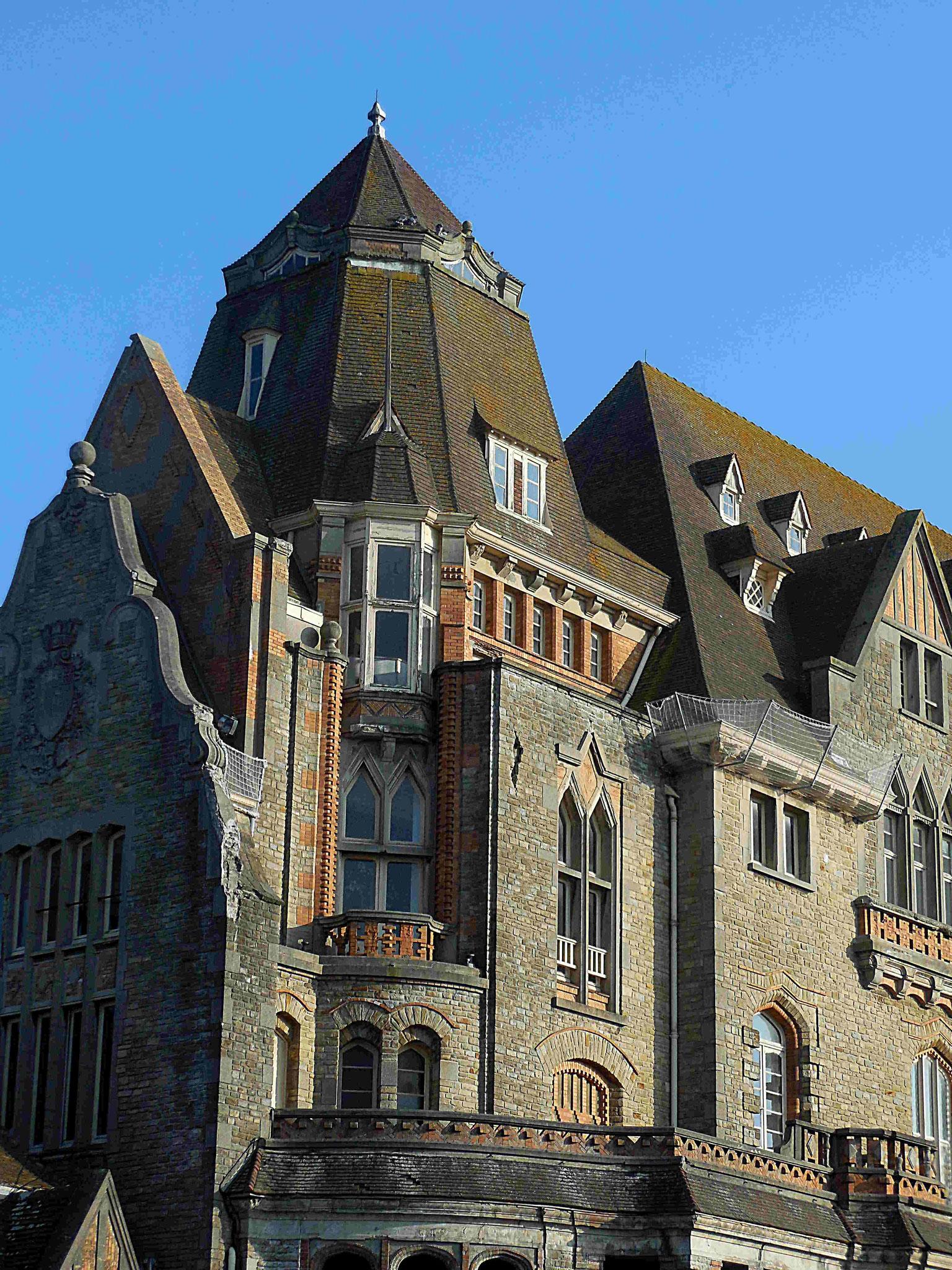 Hôtel de ville, détail du mélange de styles