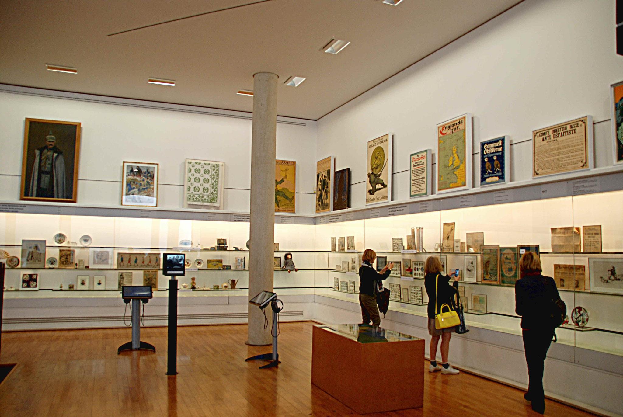 Salle 2 : les vitrines murales