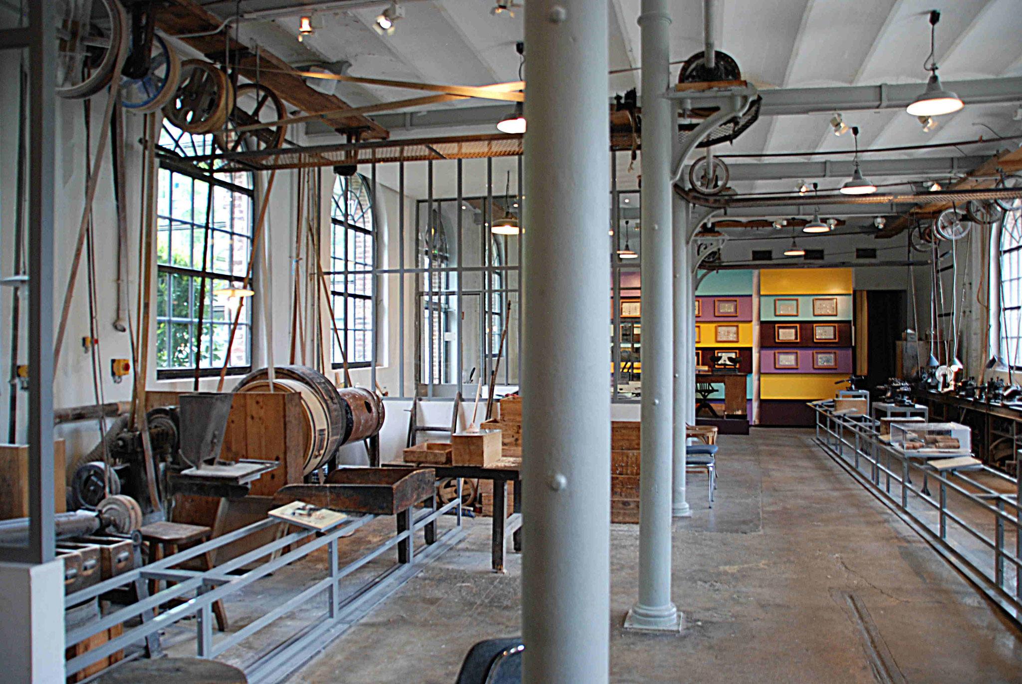 L'atelier de boutonnerie côté postes de finitions