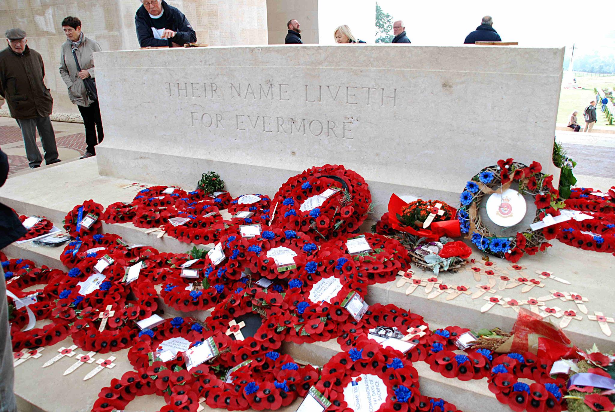 """Sur la pierre du souvenir, une dédicace """"Leur nom vivra à jamais"""""""