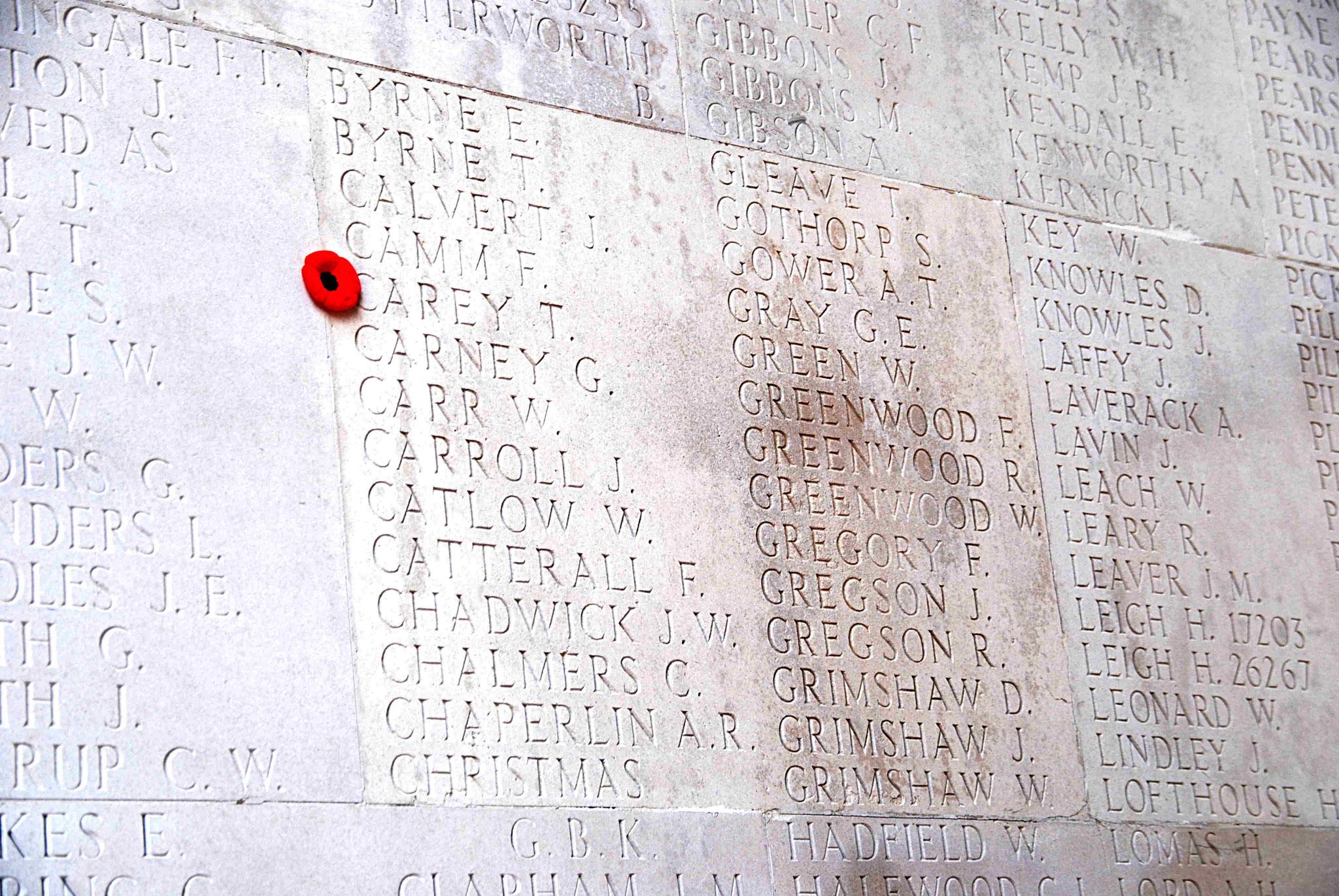 Les piliers sont couverts des noms des disparus