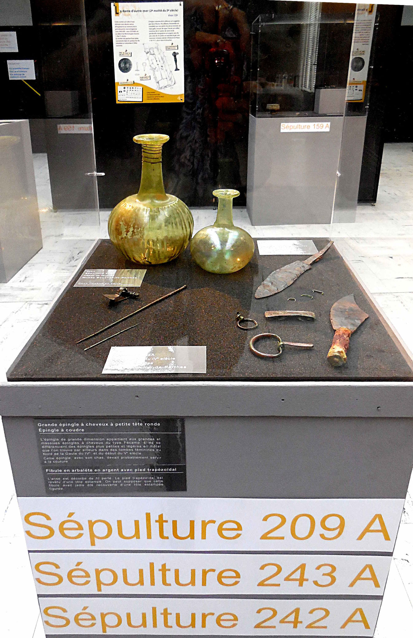 Vitrine avec verrerie, couteau et autres dépôts funéraires