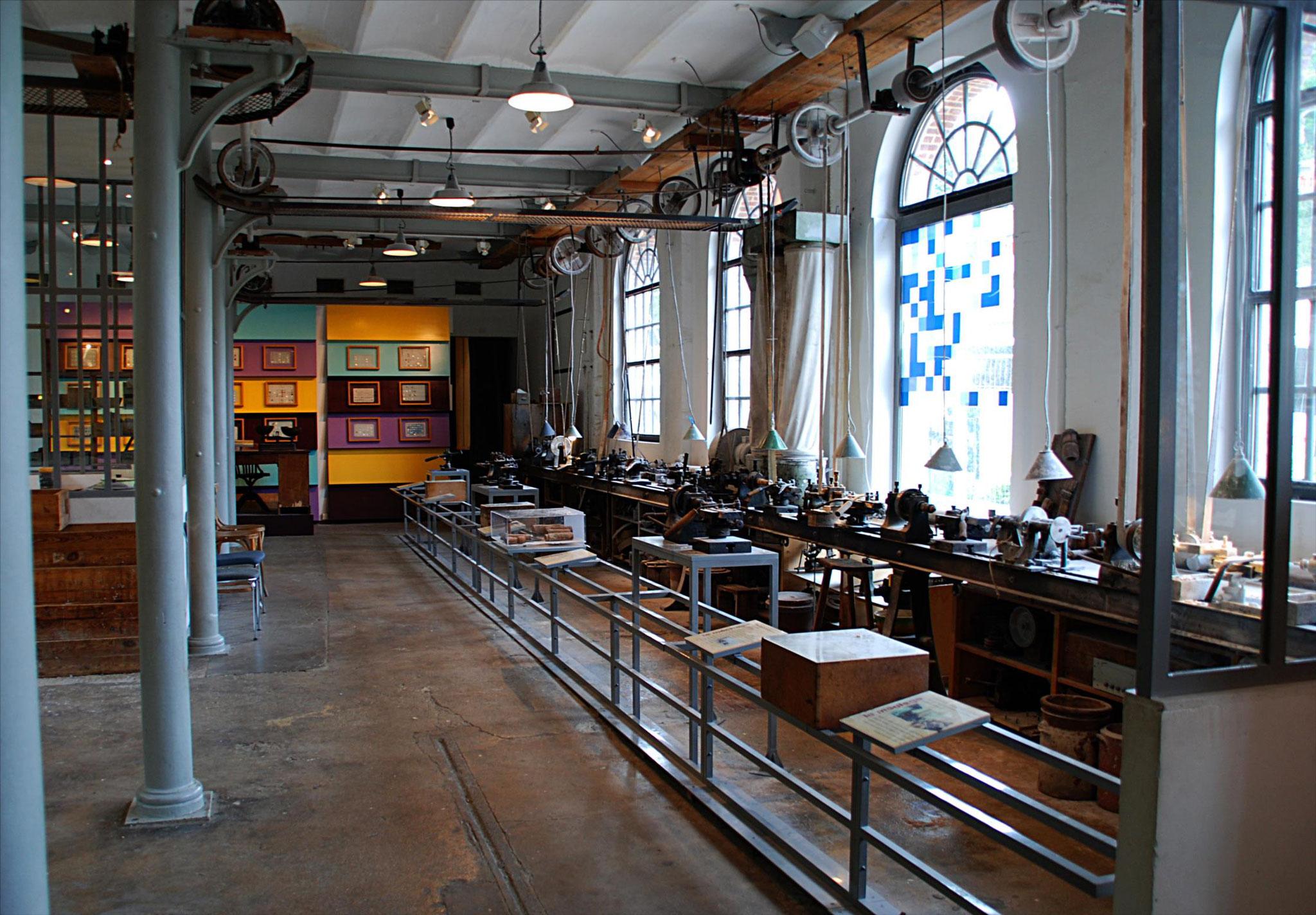 Atelier de boutonnerie, postes de fabrication