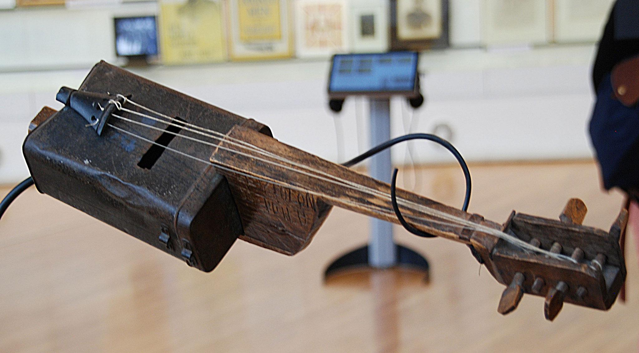 Un violon français fabriqué avec du matériel de récupération