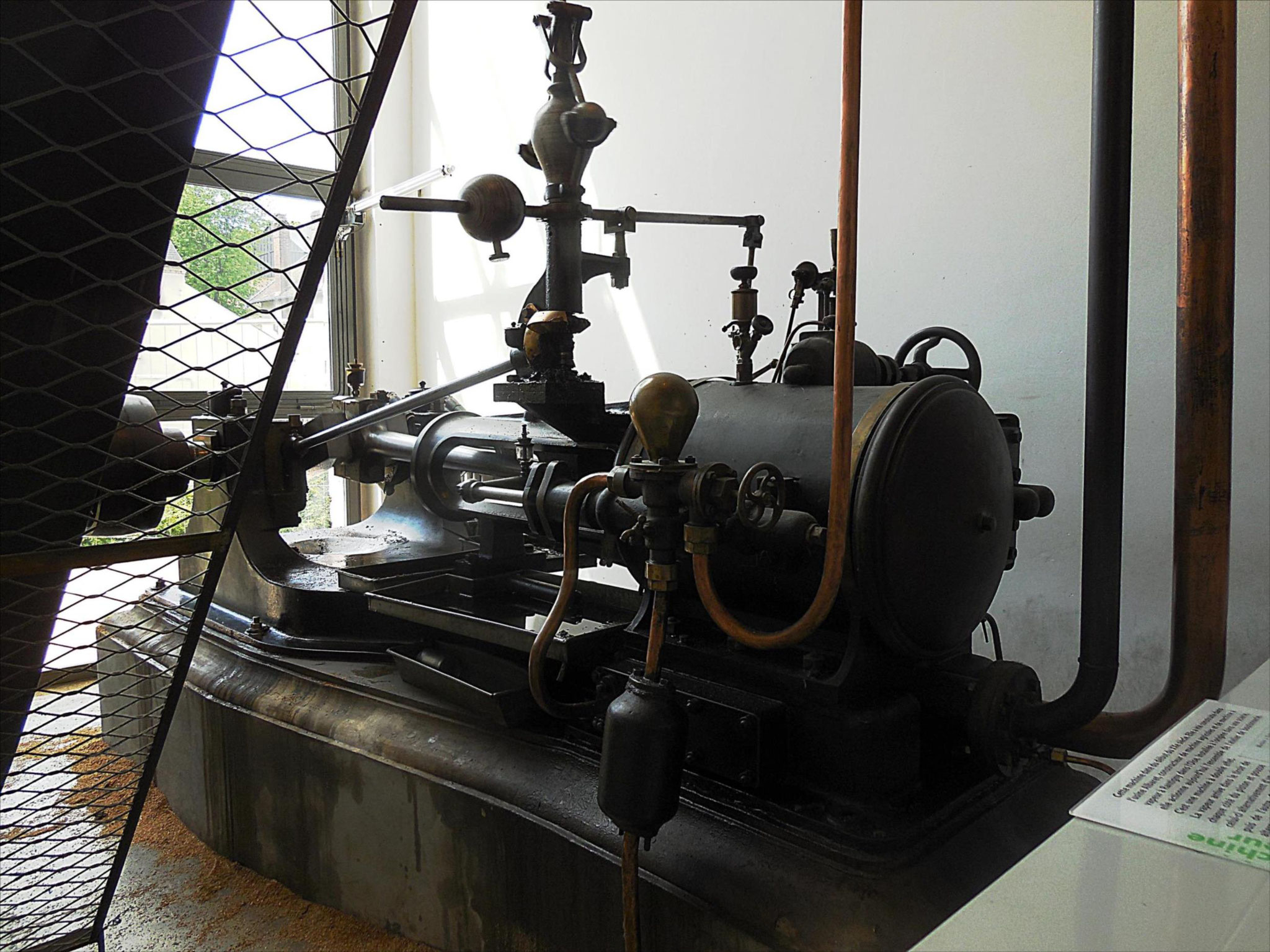 Vue de côté de la machine à vapeur centrale