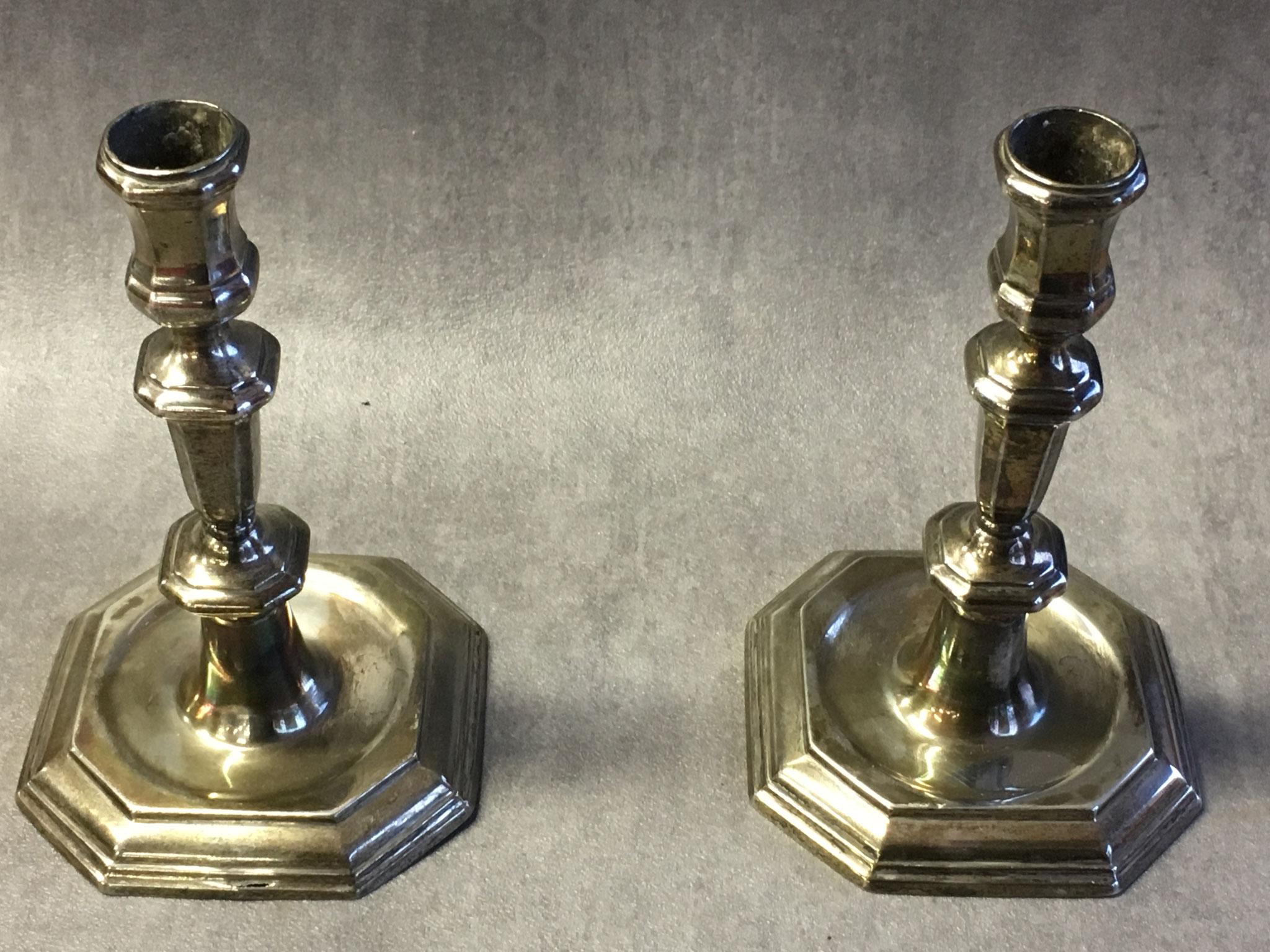 Deux bougeoirs de Nicolas de Poilly, graveur et orfèvre abbevillois du XVIIIe