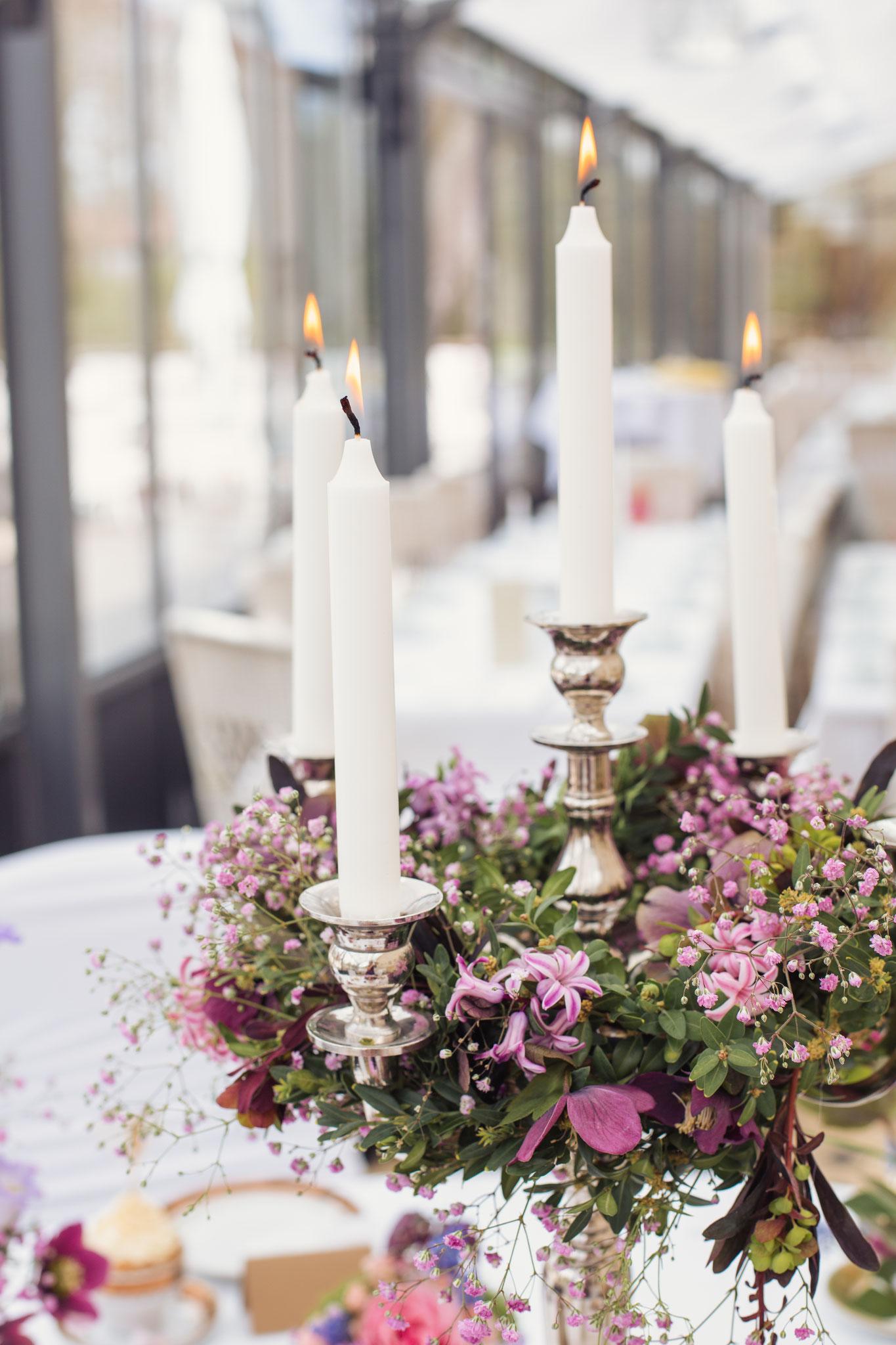 Kerzenleuchter mit Blumenkranz