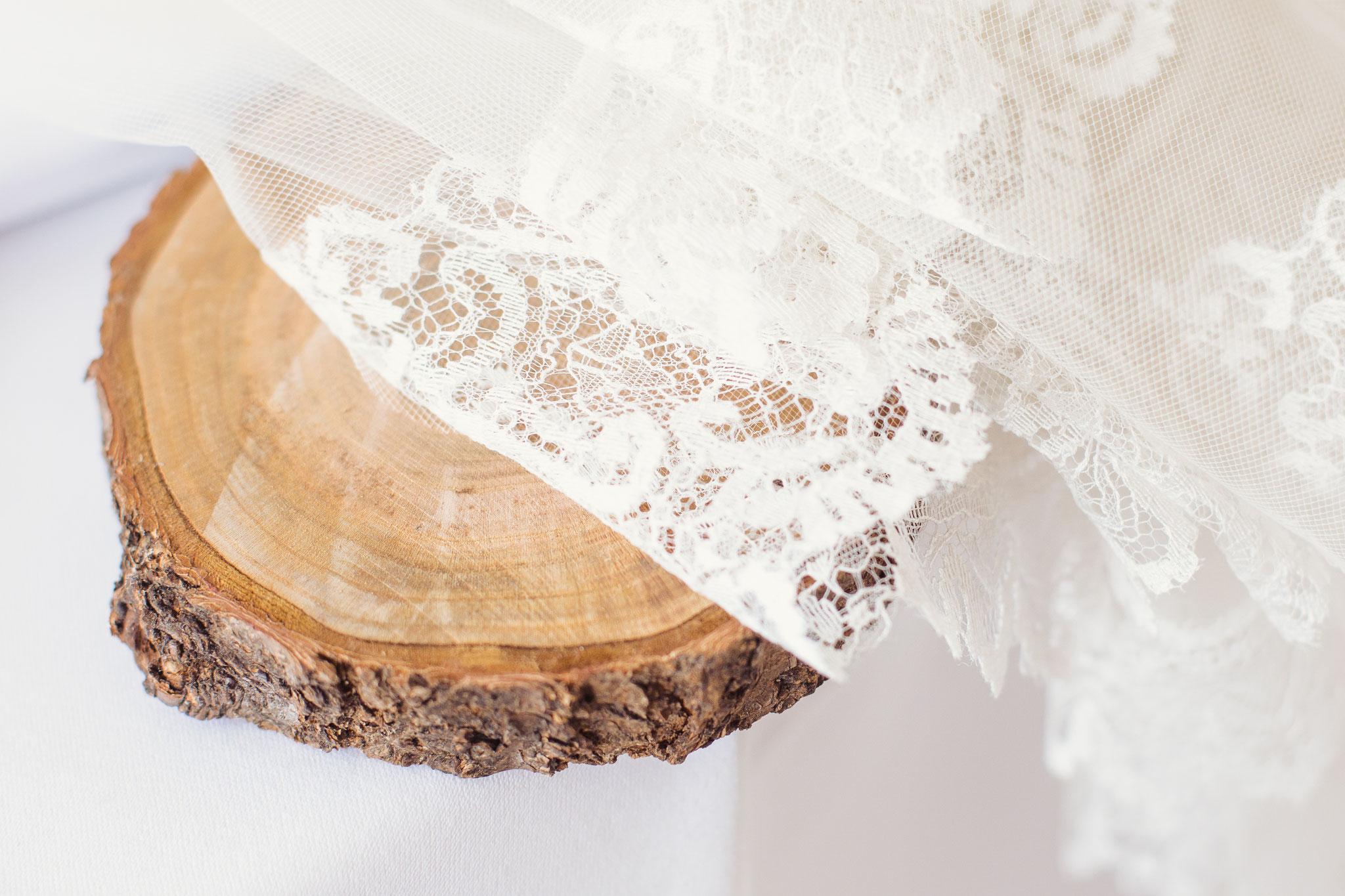 Holzscheiben&Spitzentischdecke