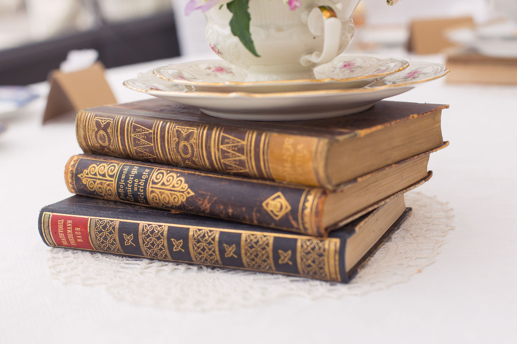 Alte Bücher auf Spitzendeckchen