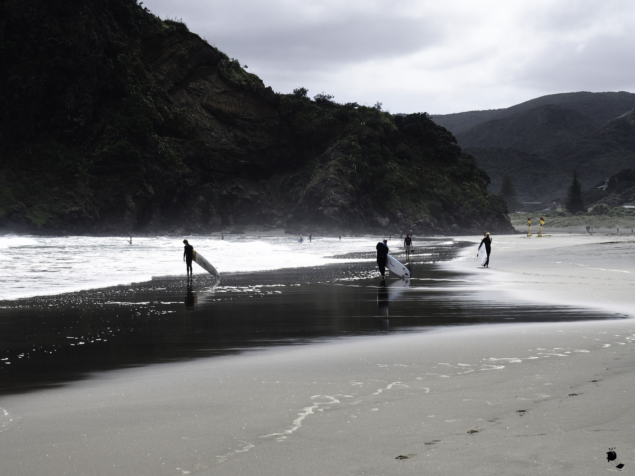 Surfers à Piha Beach