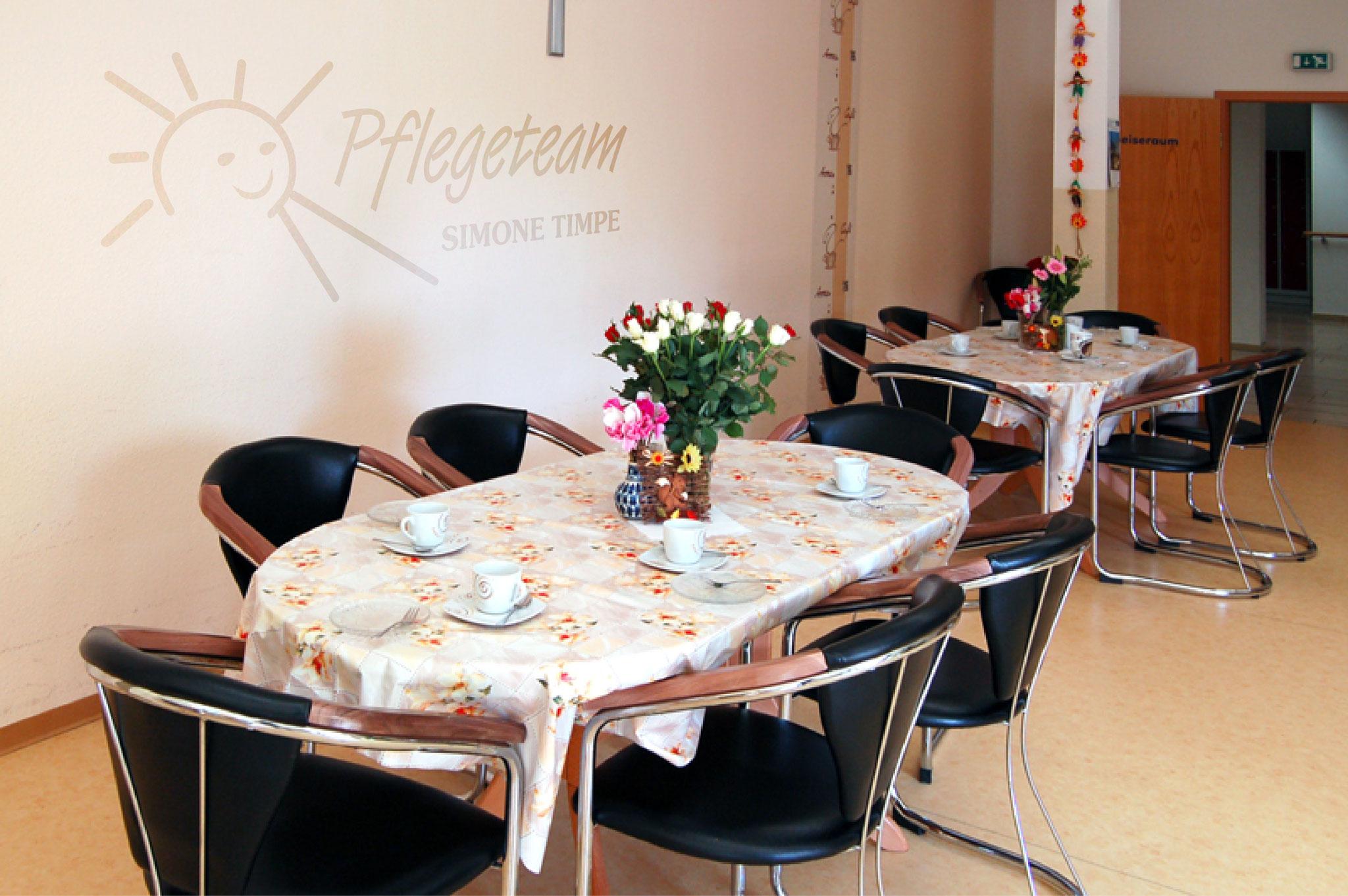 Neben der großzügigen Küchenzeile stehen in diesem Zimmer auch Tische an denen die Mahlzeiten gemeinsam eingenommen werden.
