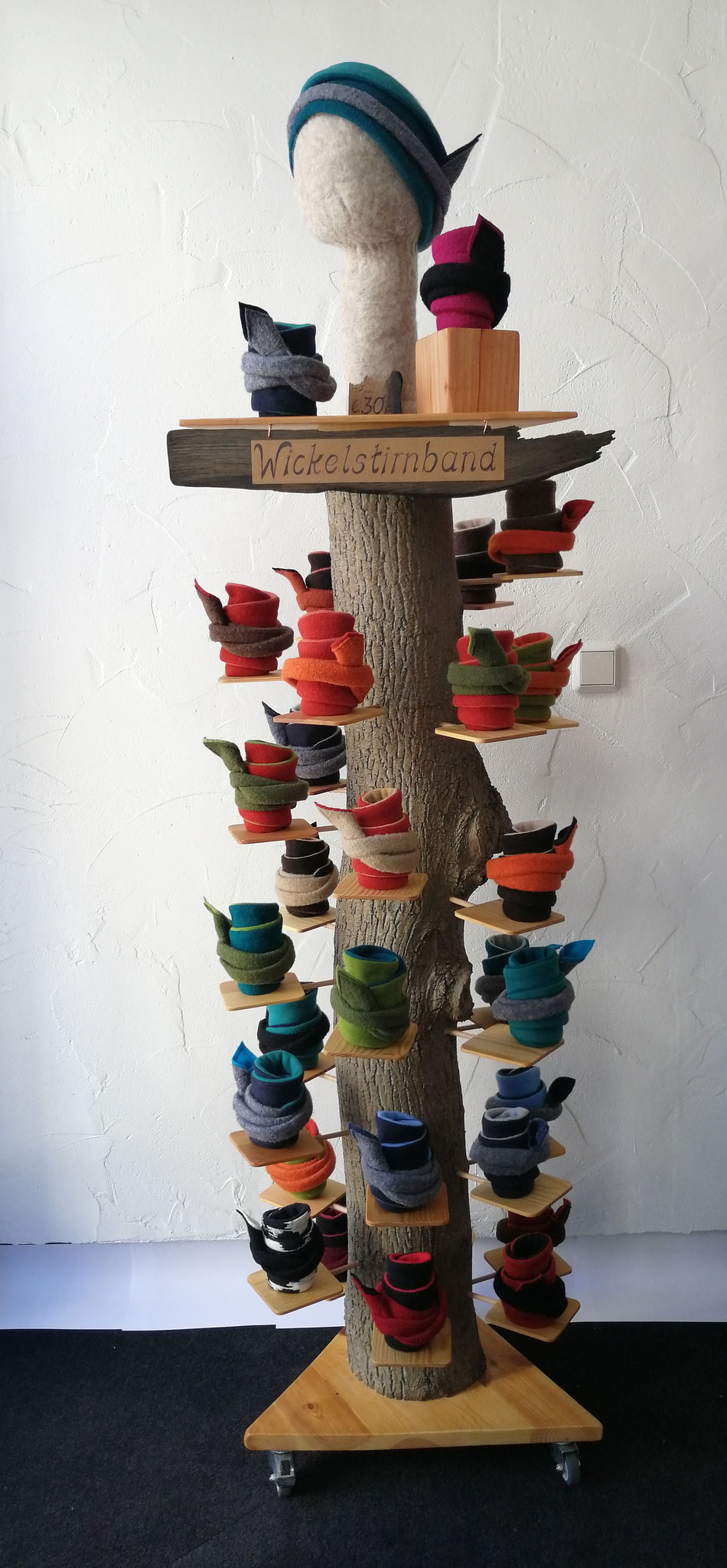 Holzbaum mit Stirnbändern