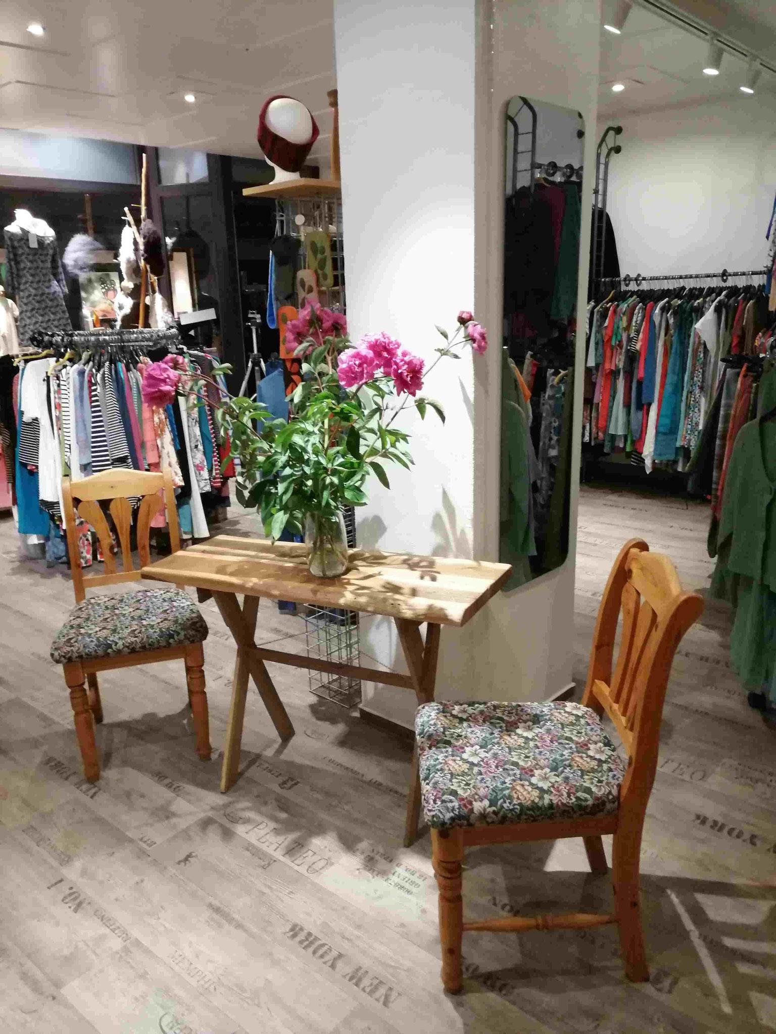 Laden Innenaufnahme Sitzecke Holz