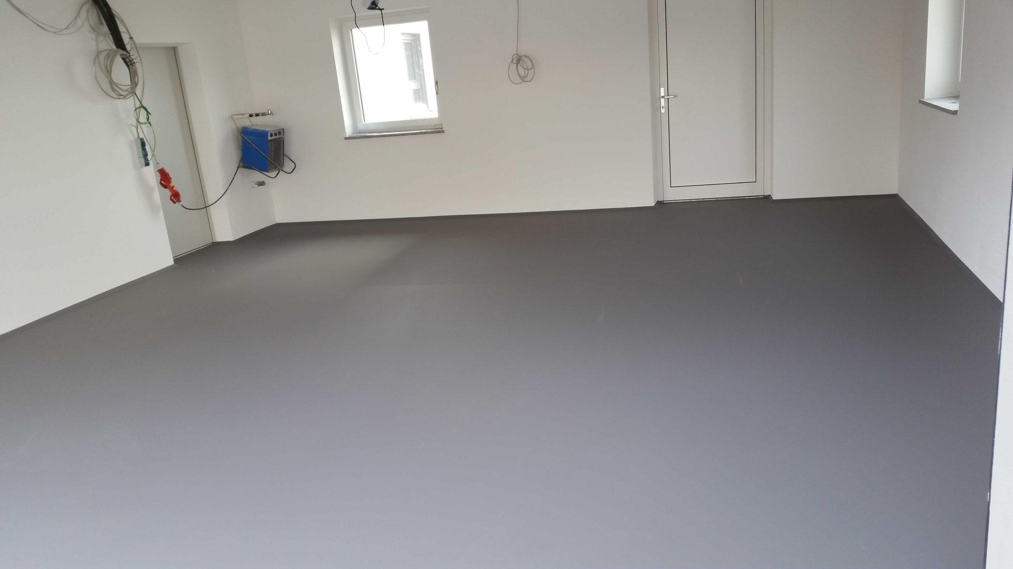 anthrazitfarbige Garagenboden nach Mattversieglung