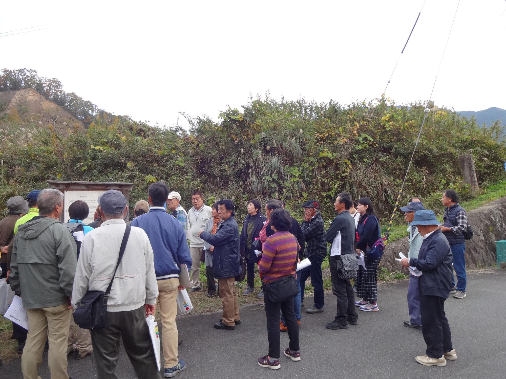 忍坂道伝承地道の石碑(左上)前で、岡田教授の説明が・・・