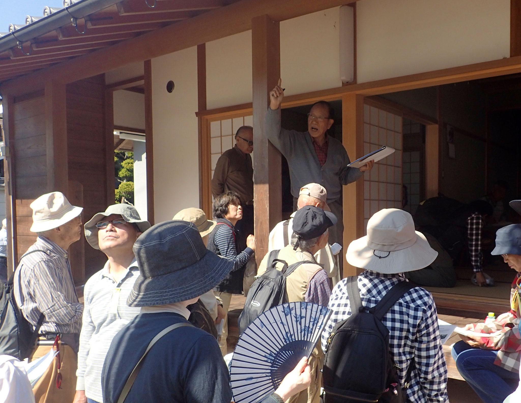赤尾区の興善寺では毘沙門天と薬師如来坐像を福田氏の解説を受けました。