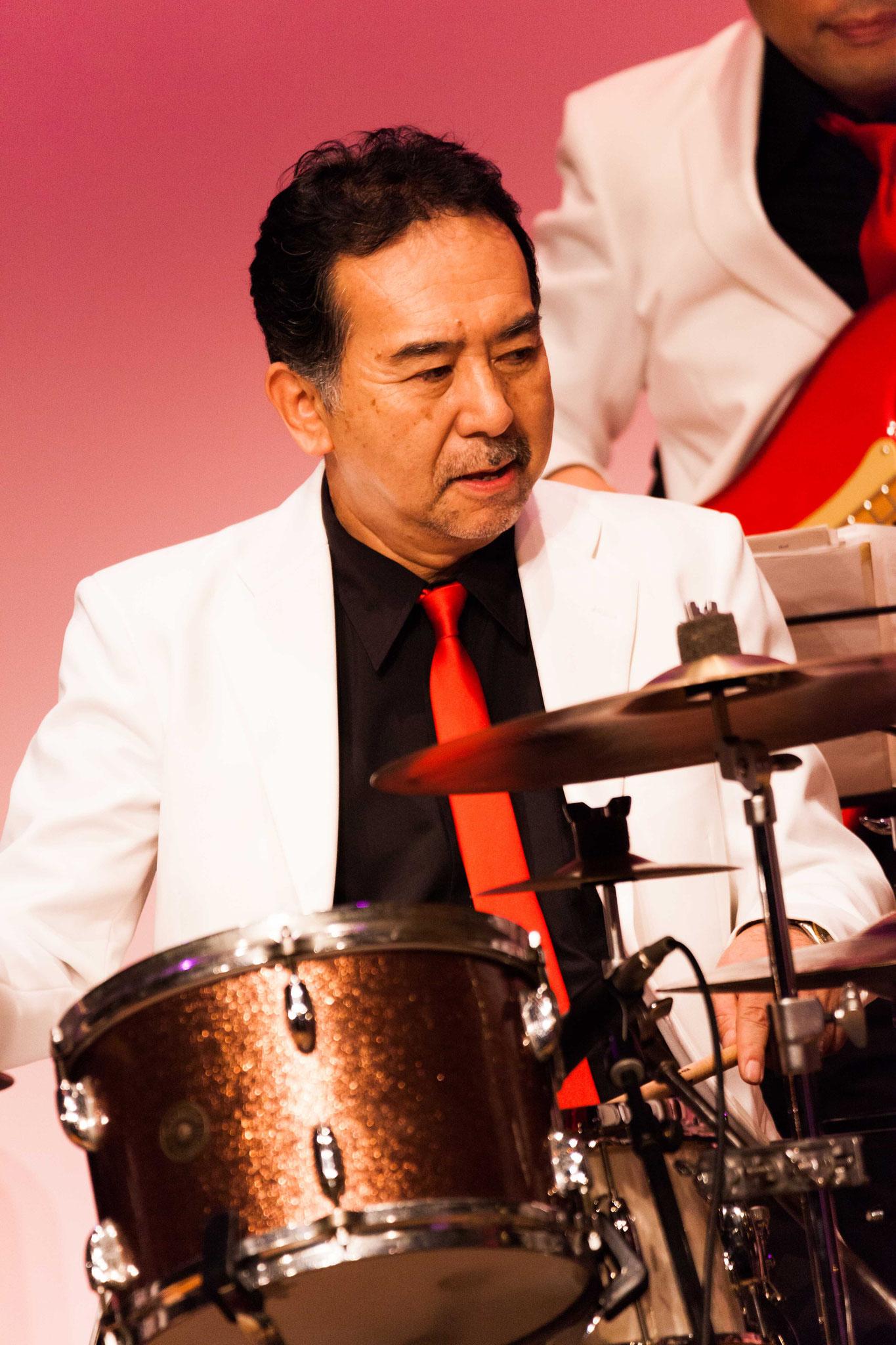 籠利達郎(drums)