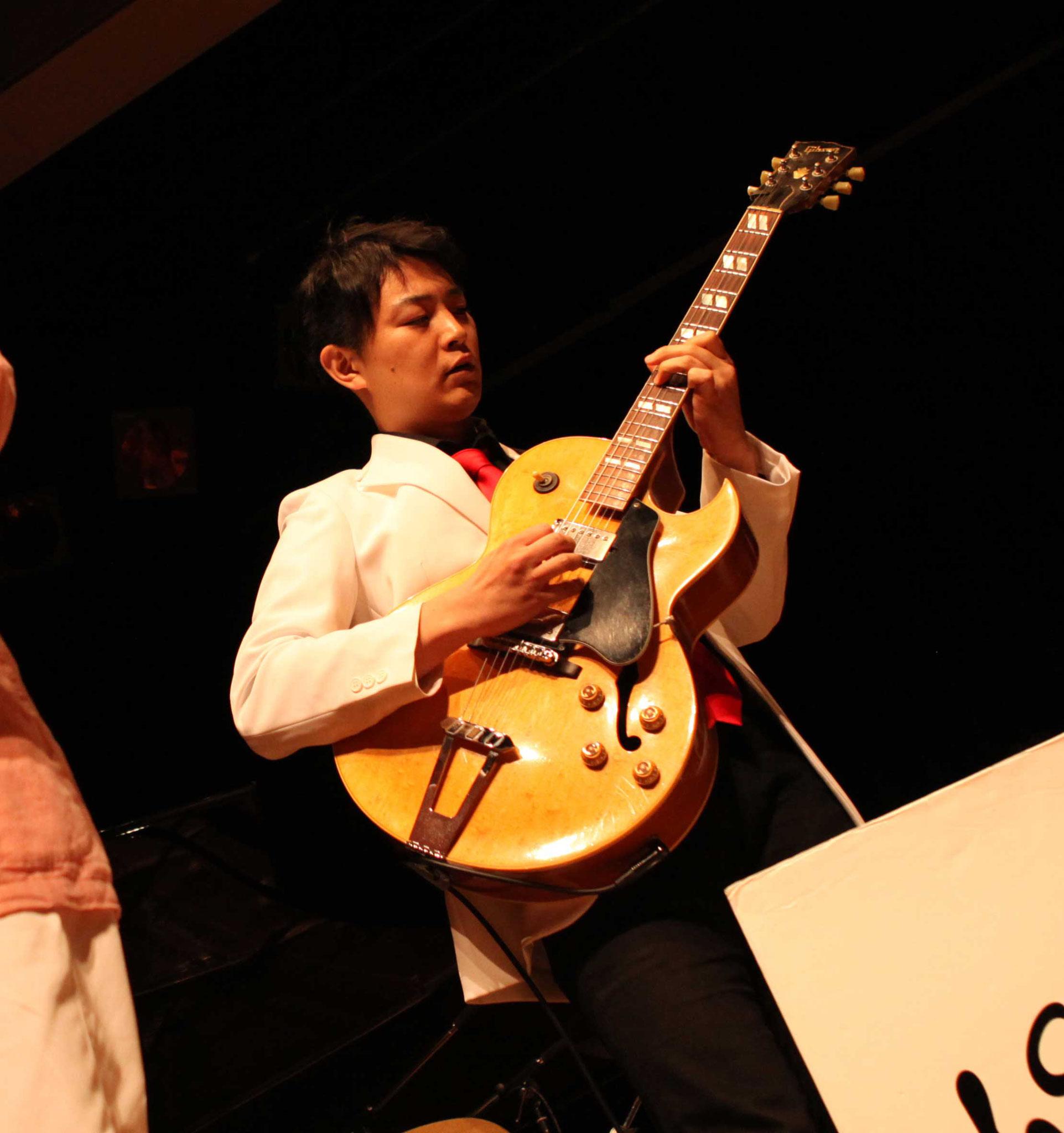 朝田英之(guitar,arranger,composer)