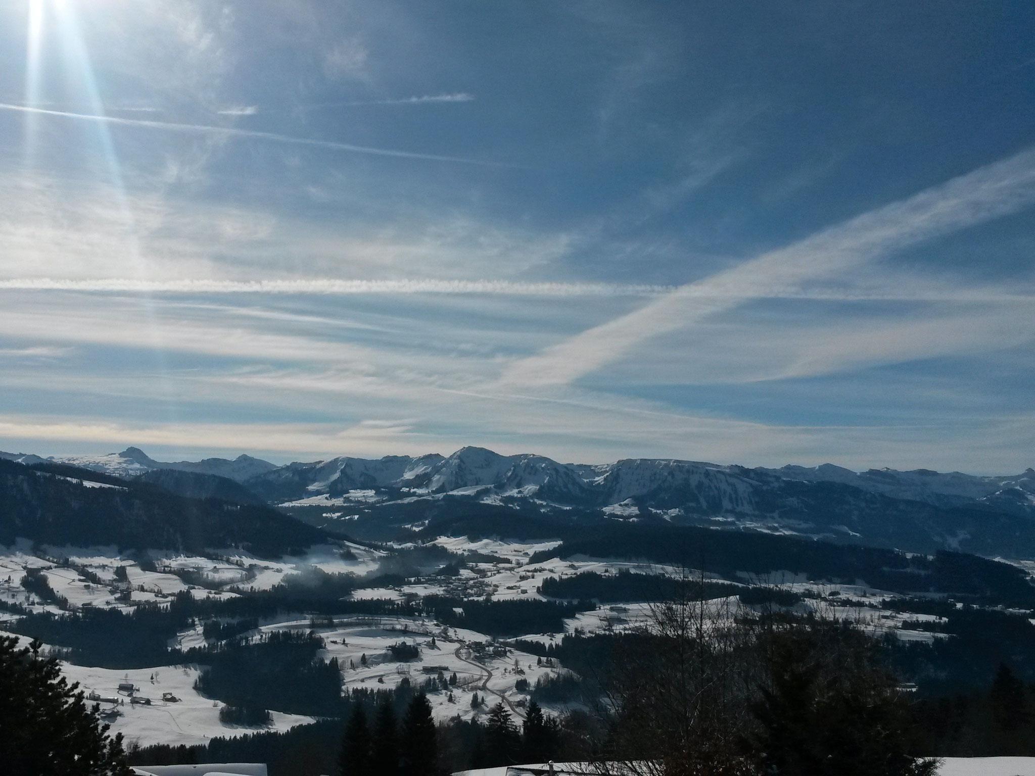 Blick vom Höhenweg in Sulzberg in die Berge