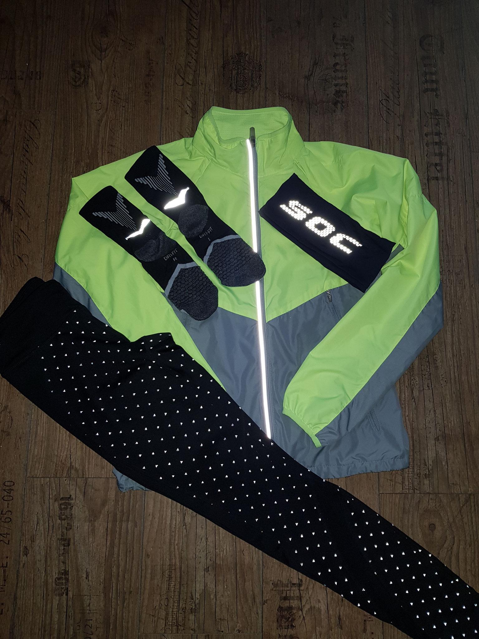 Mit Blitz - Socken und Jacke von Nike - Hose von Tchibo - Stirnband von S.O.C