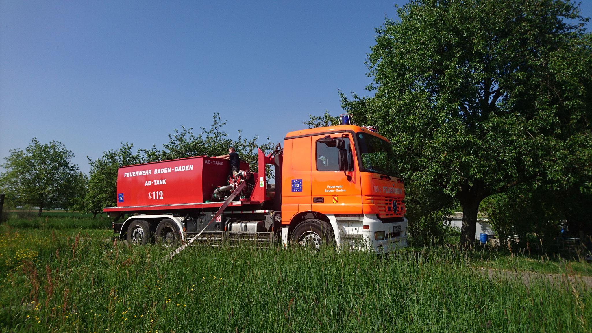 In Haueneberstein wurden im Kreuzäcker mehrmals Gräben von der Feuerwehr bewässert.
