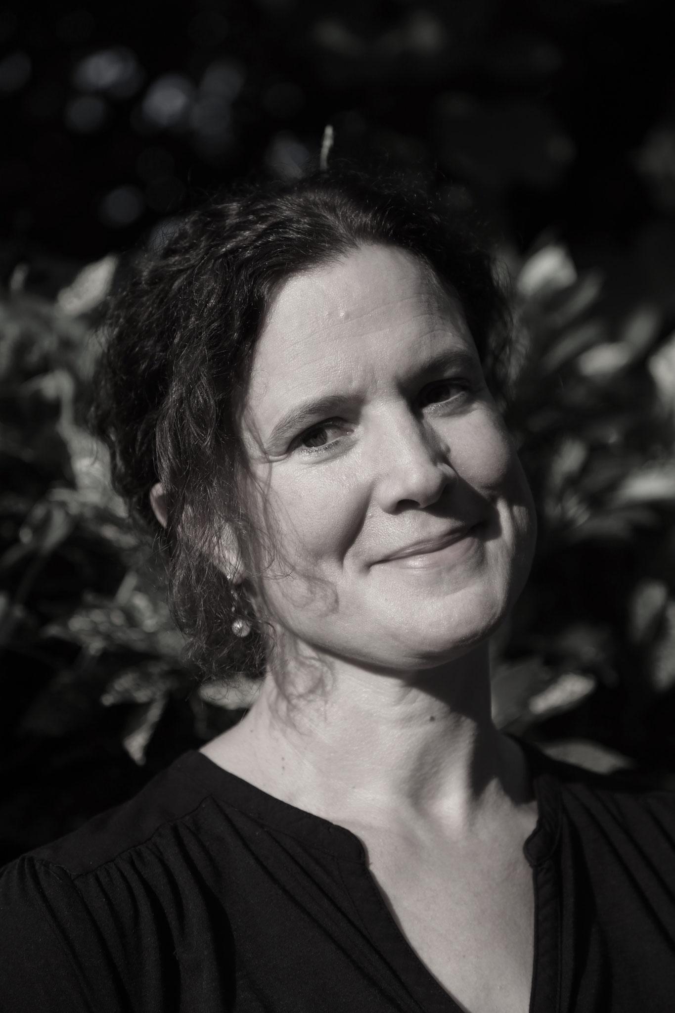 In Berlin Prenzlauer Berg aufgewachsen, hat Dorothea Zeppezauer zunächst Klavier studiert. 2008 zog sie mit ihrer Familie nach China. Seit Sommer 2016 lebt sie als freie Autorin in Honk Kong.
