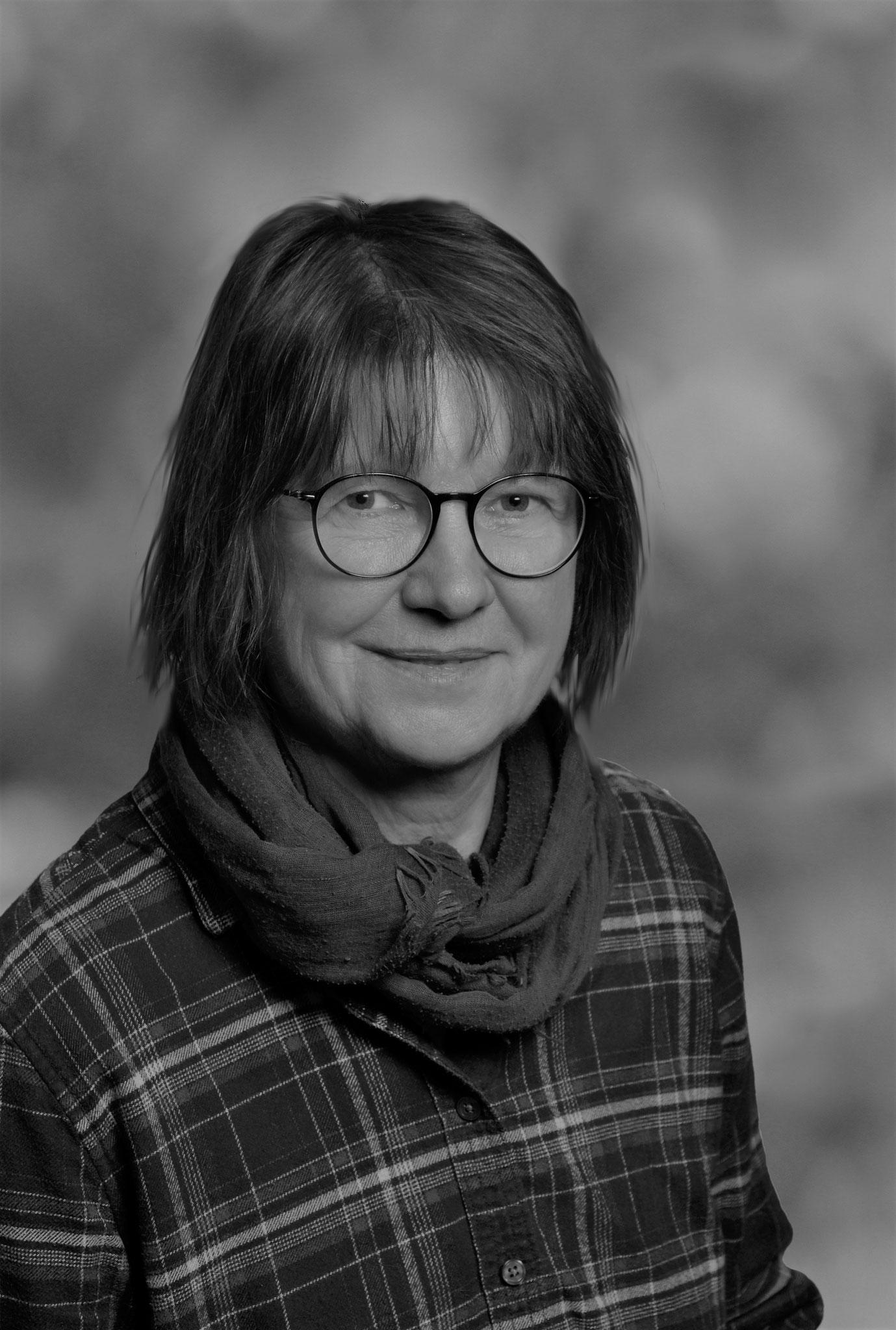 Jutta Winter (*1955) studierte Bildende Kunst, Erziehungswissenschaften und Psychologie. Ein wesentlicher Schwerpunkt ihrer beruflichen Tätigkeiten war die Biographiearbeit. Seit einigen Jahren widmet sie sich diesem Gebiet literarisch.