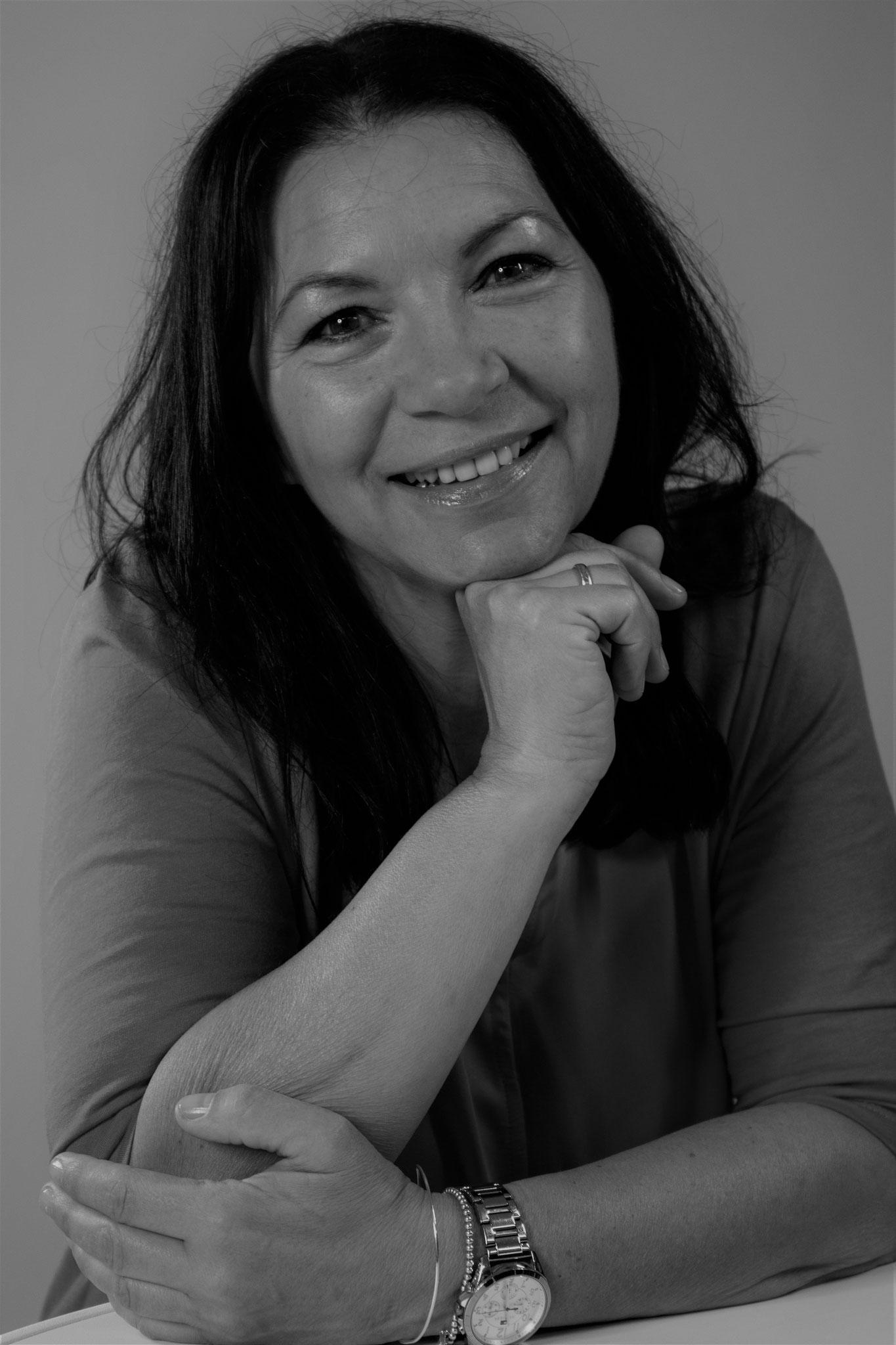 Katharina Spiegellebt mit ihrer Familie in Fulda. Sie hat drei erwachsene Töchter. Durch verschiedene Ausbildungen bei SMOG e.V. (Schule machen ohne Gewalt) und die Zusammenarbeit mit Kindern, konnte sie viele Erfahrungen im Familienwesen sammeln.