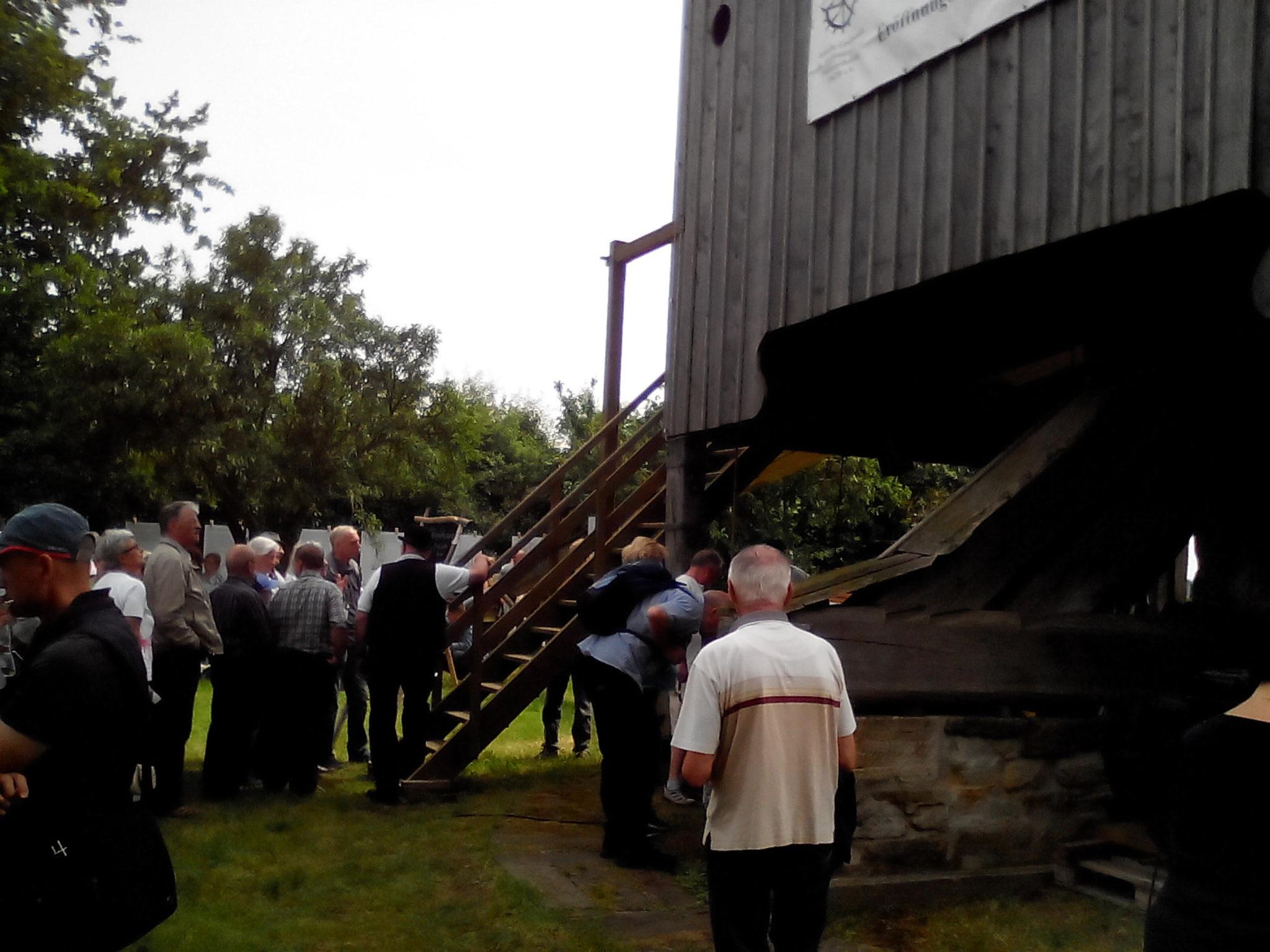 Kurz vor der nächsten Mühlenführung stehen die Leute Schlange