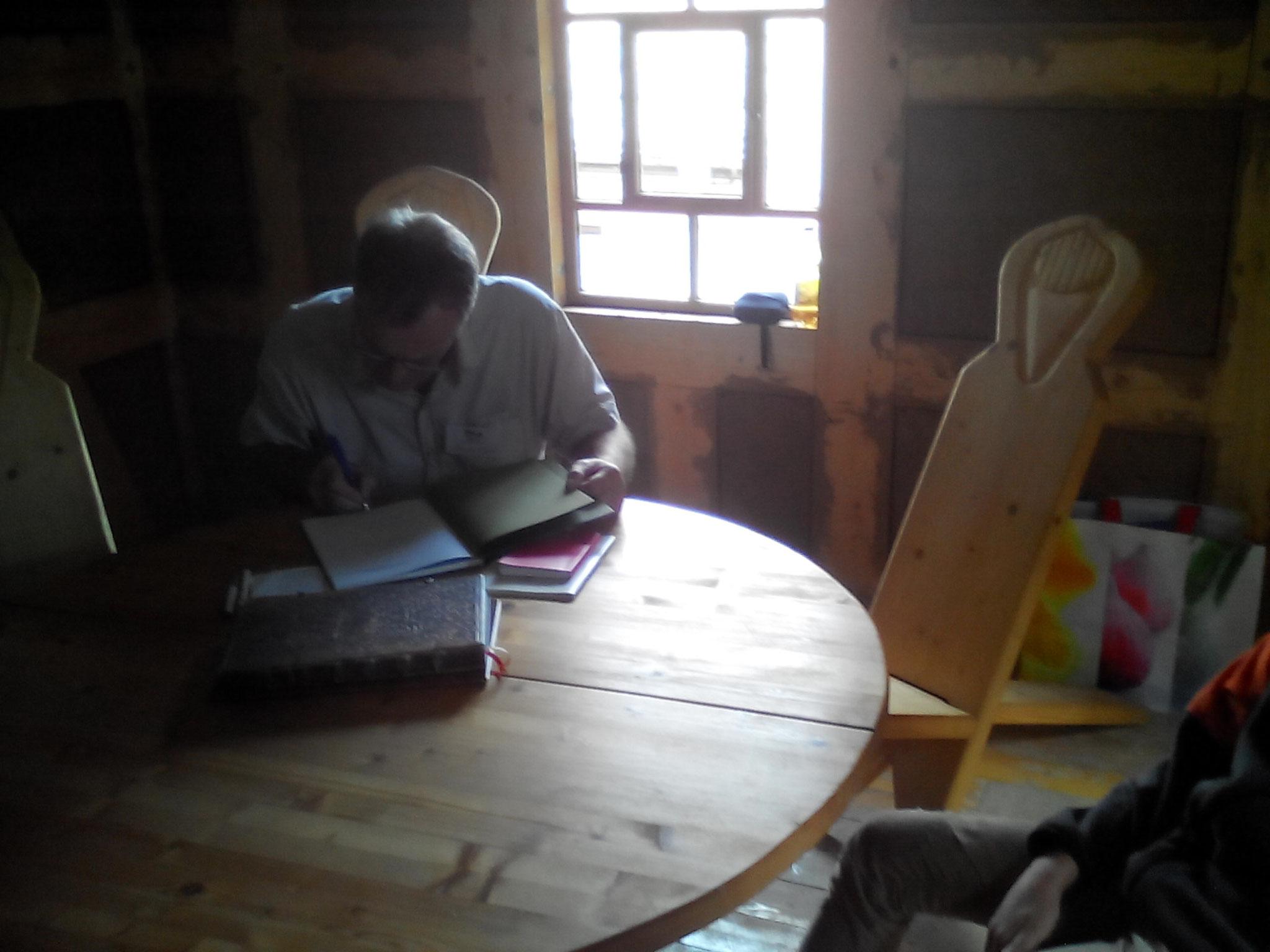 Andreas Klöppel beim Signieren des Mühlenbuches