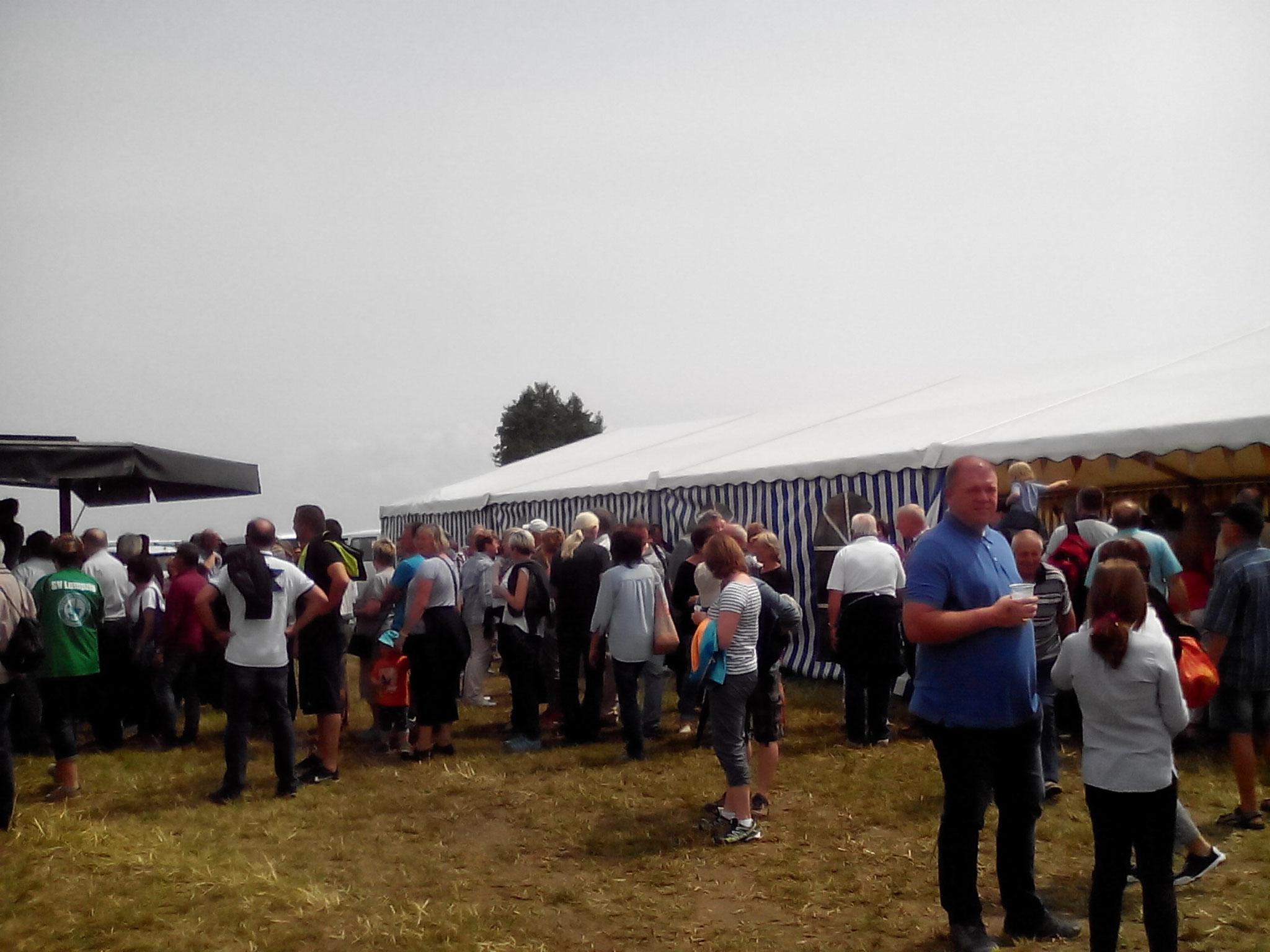 Auch vor dem Festzelt drängten sich die Menschen