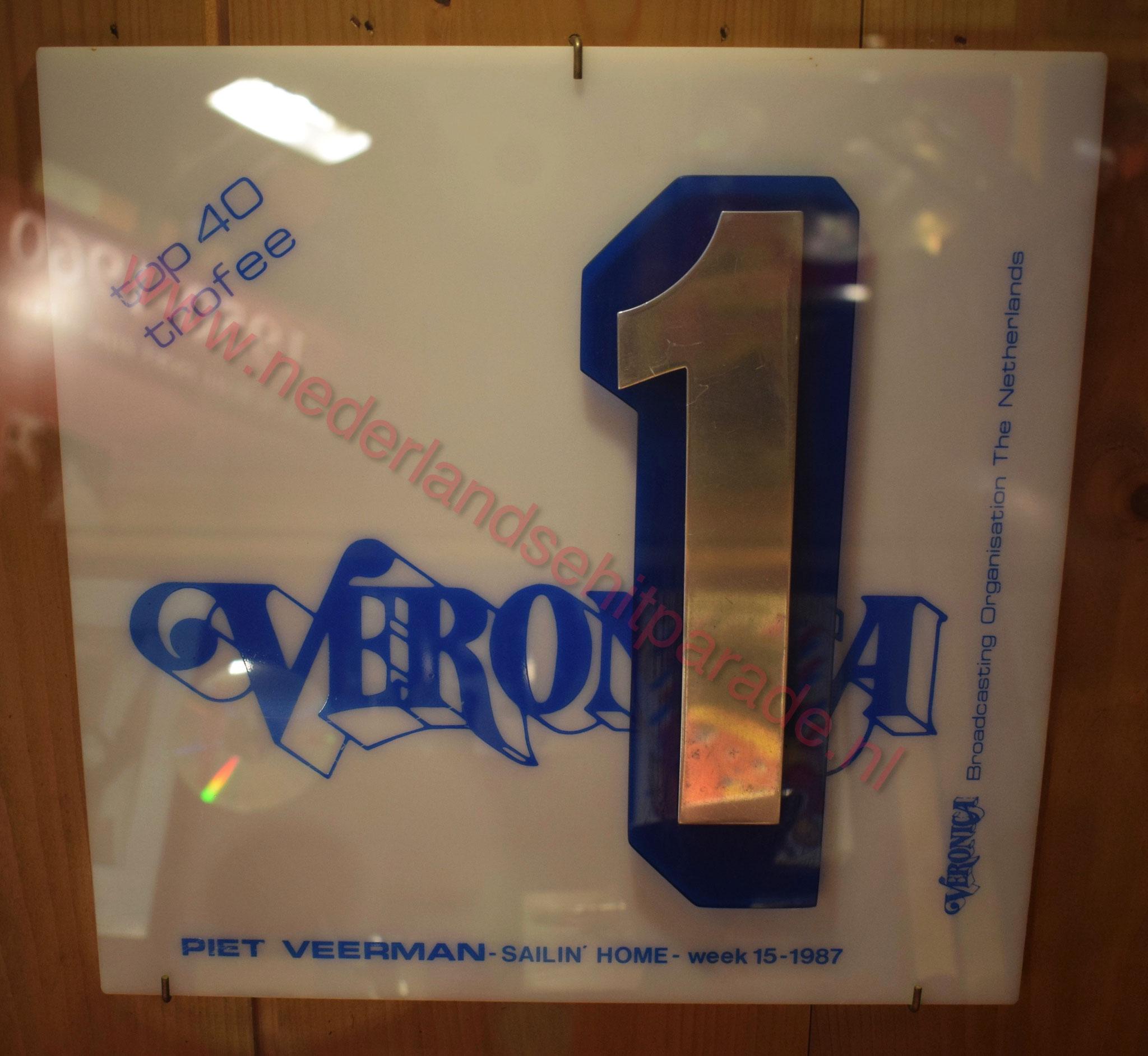 """Veronica top 40 trofee Piet Veerman voor het nummer """"Sailin home"""" 1987."""