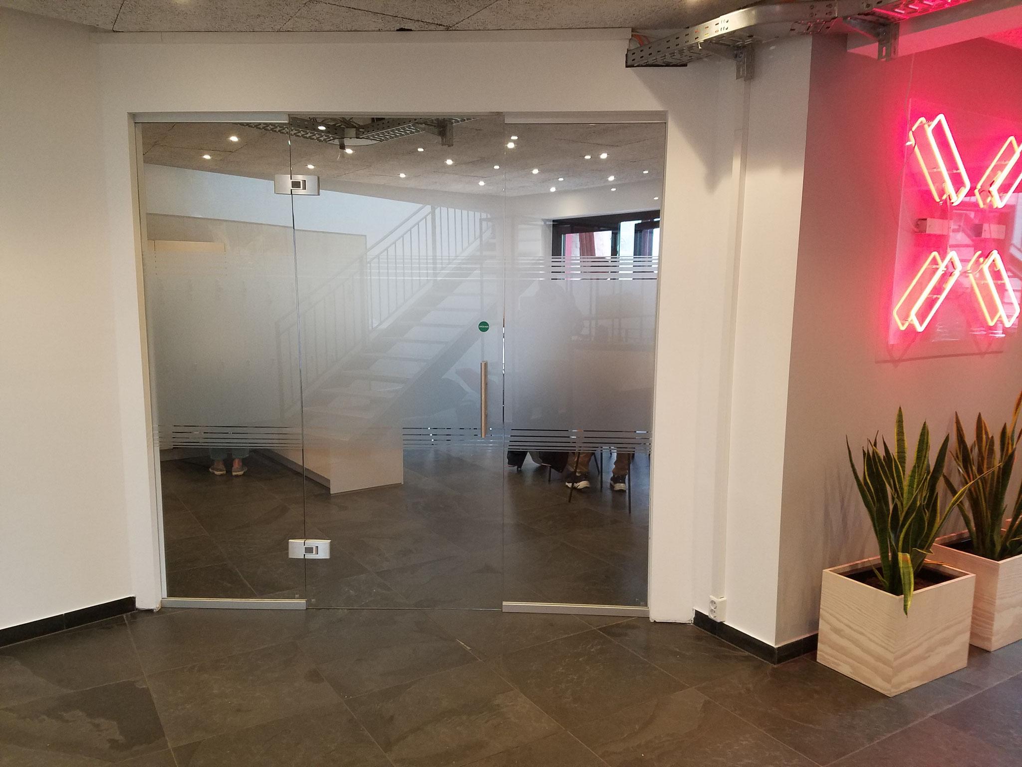 Crossmedia-Hamburg Glastrennwand Beschichtung mit Streifen