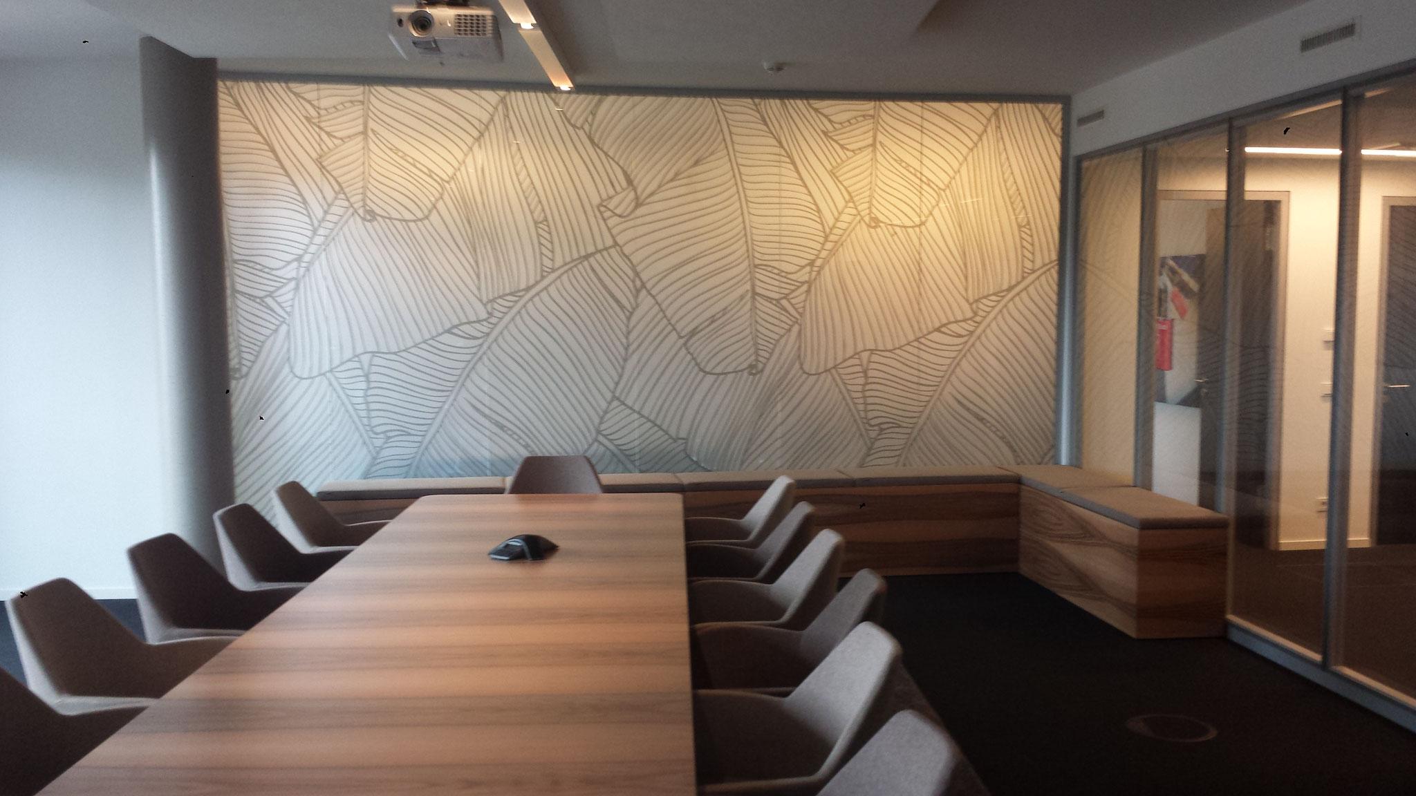 Glasmattierungsfolie mit Blattmotiv bedruckt als Raumtrenner