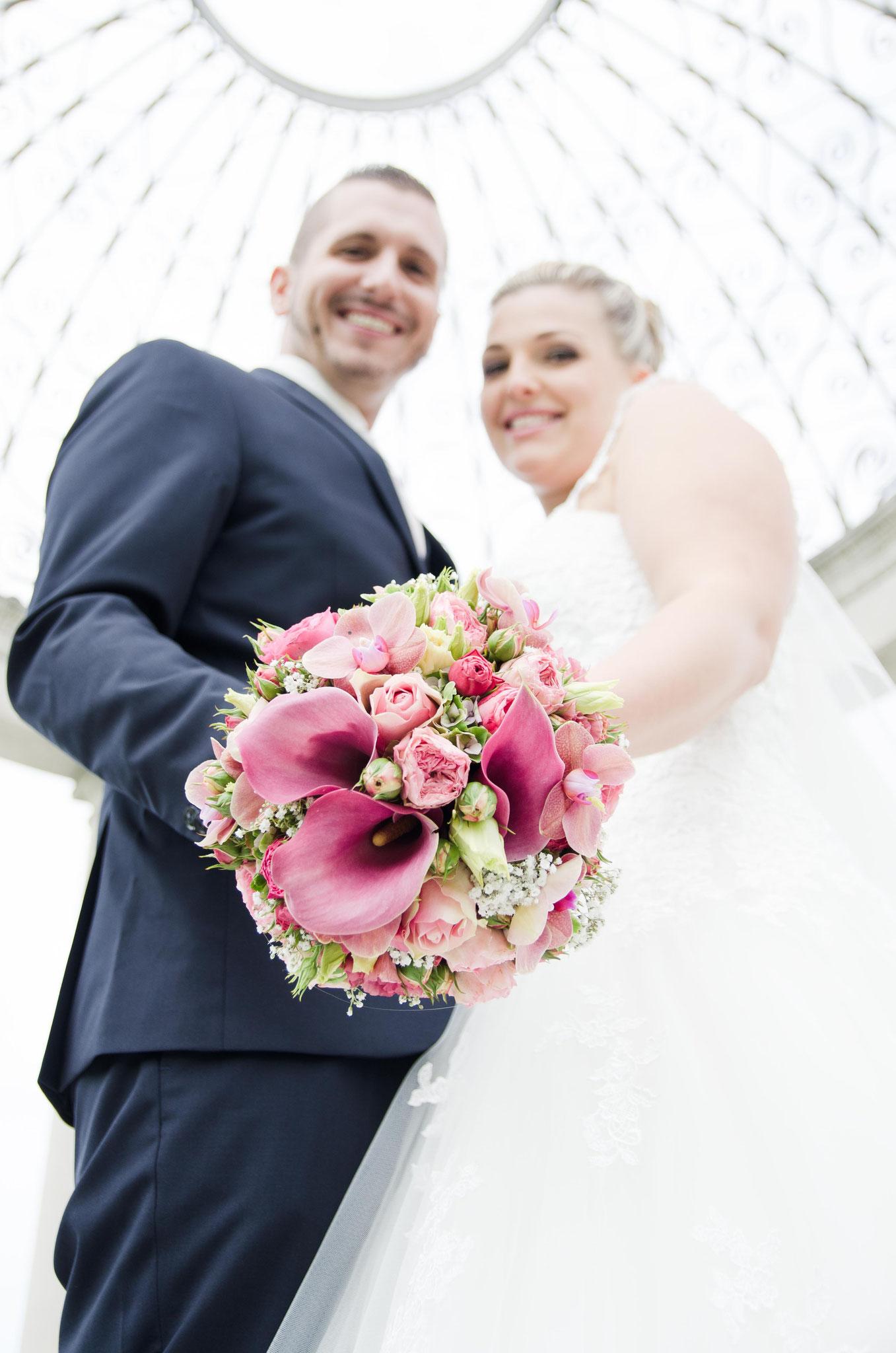 Hochzeitsfotograf in Ortenau Daniel Keller / Felix-Burda Park Paar mit Brautstrauß