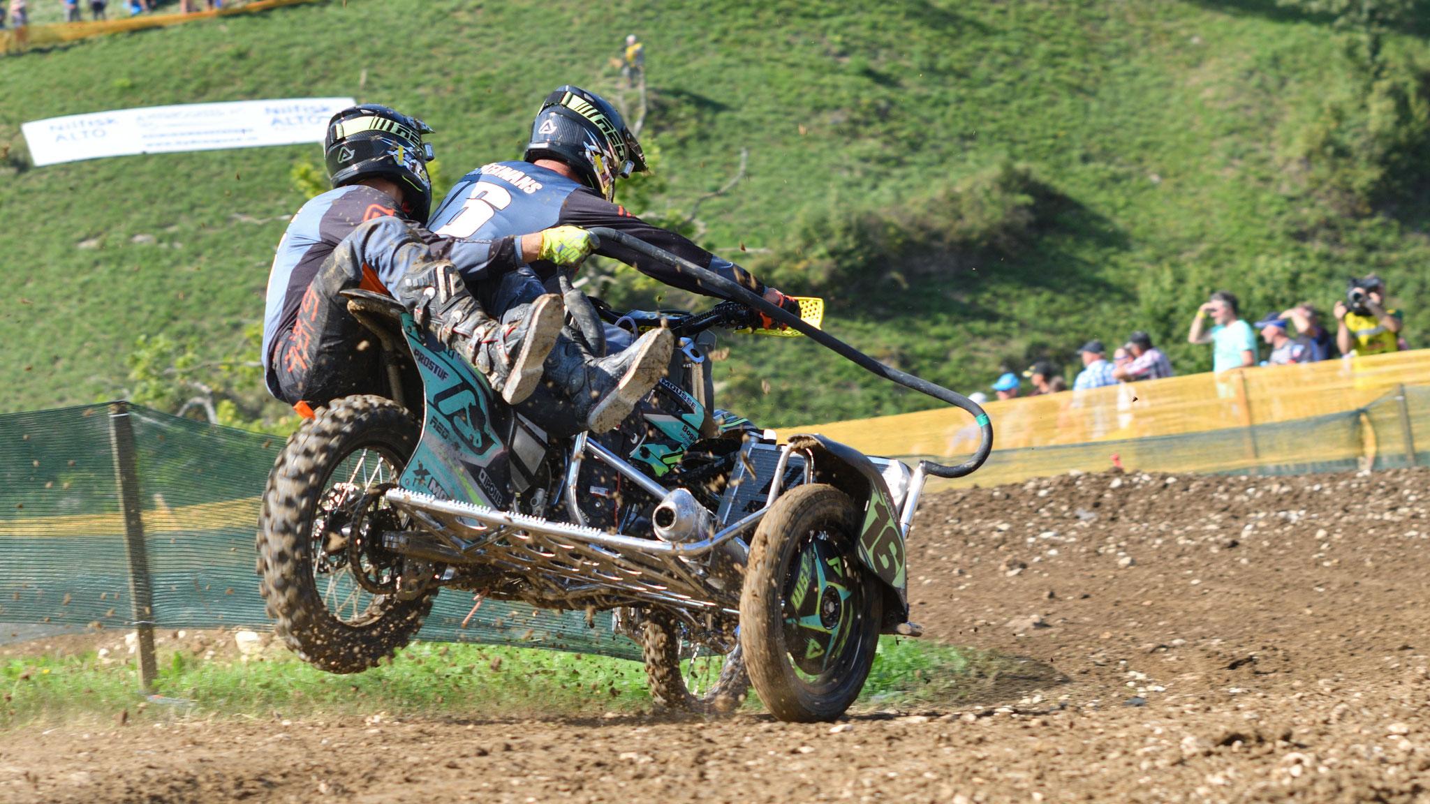 Wer hat gesagt, dass nur bei Rossi & Co. das Hinterrad beim Bremsen auf Asphalt, abheben kann?
