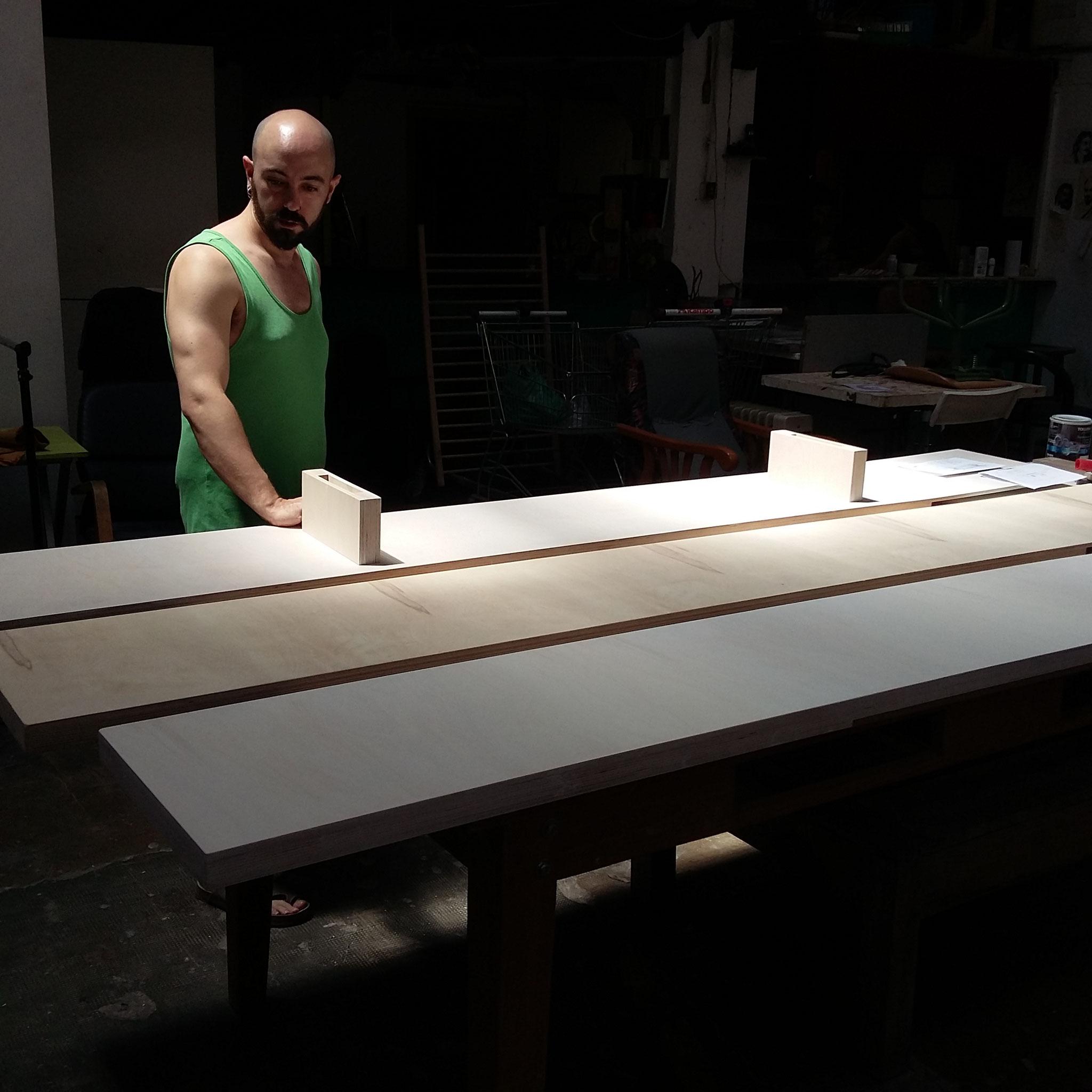 Guillermo (grupo taller) haciendo los estantes interiores