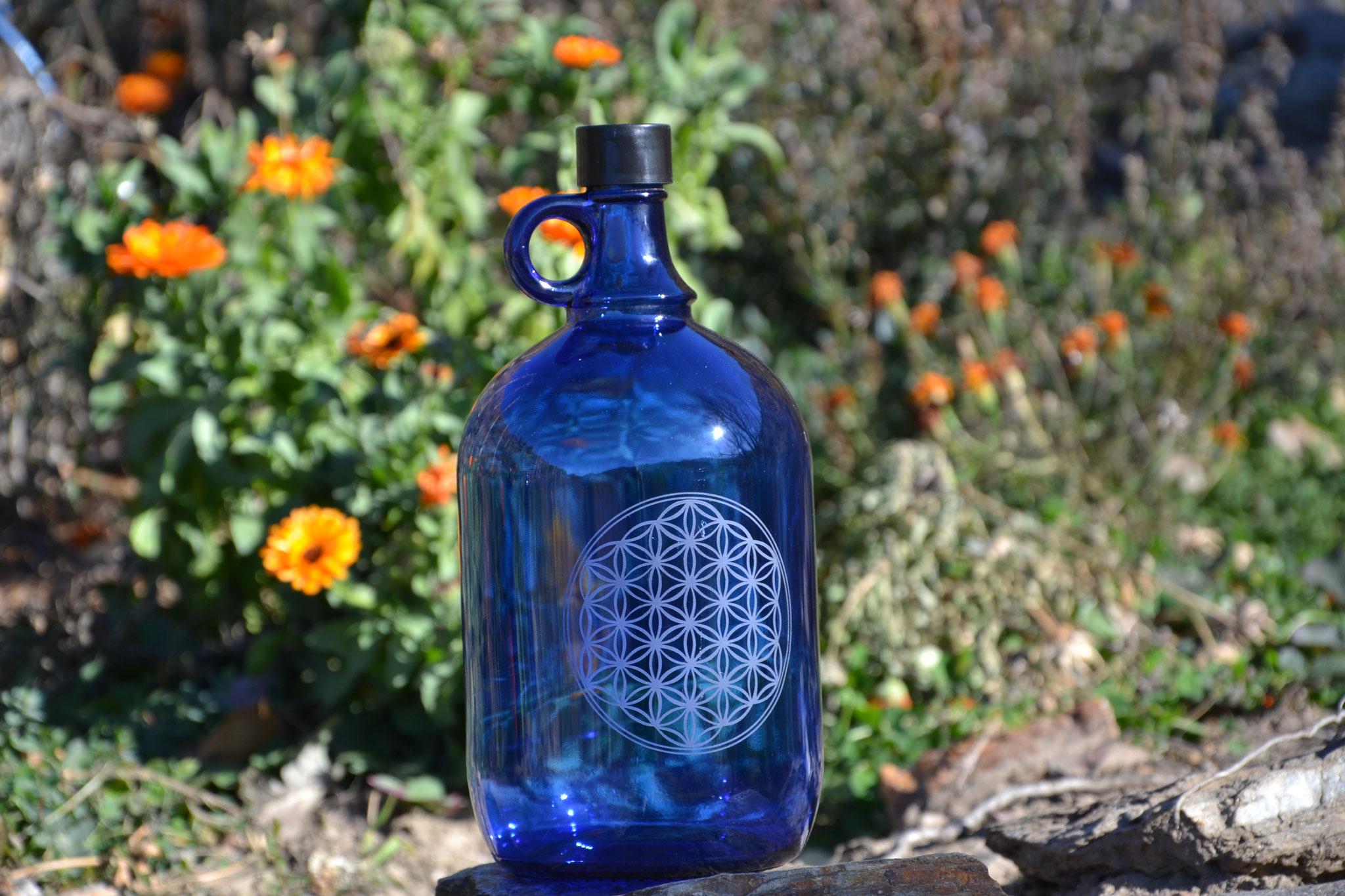 Bouteille en verre bleu cobalt de 2L avec Fleur de Vie Modèle 3