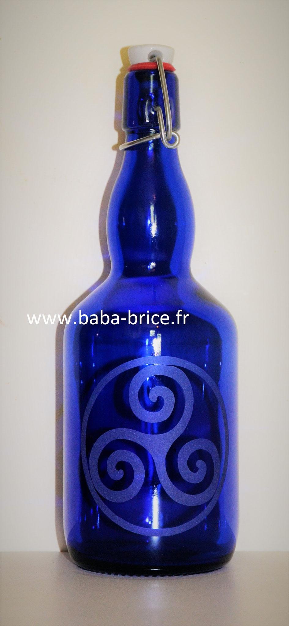 Bouteille en verre bleu cobalt de 0.75L avec le Triskel