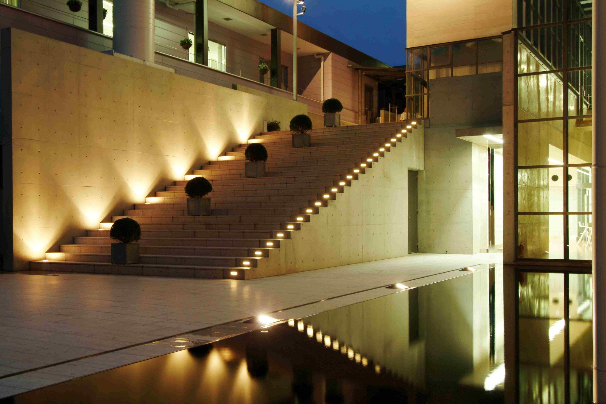 ライトアップされた社屋