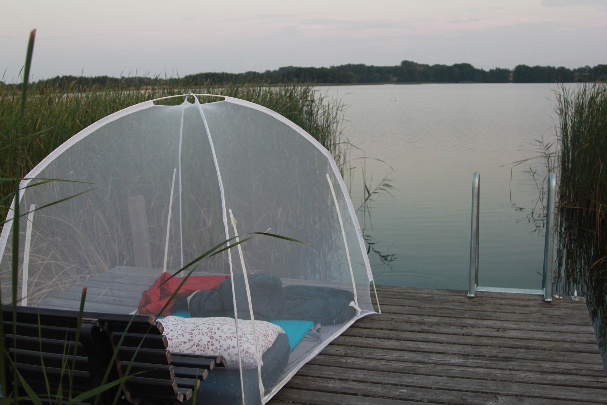 Zelten auf dem Bootssteg