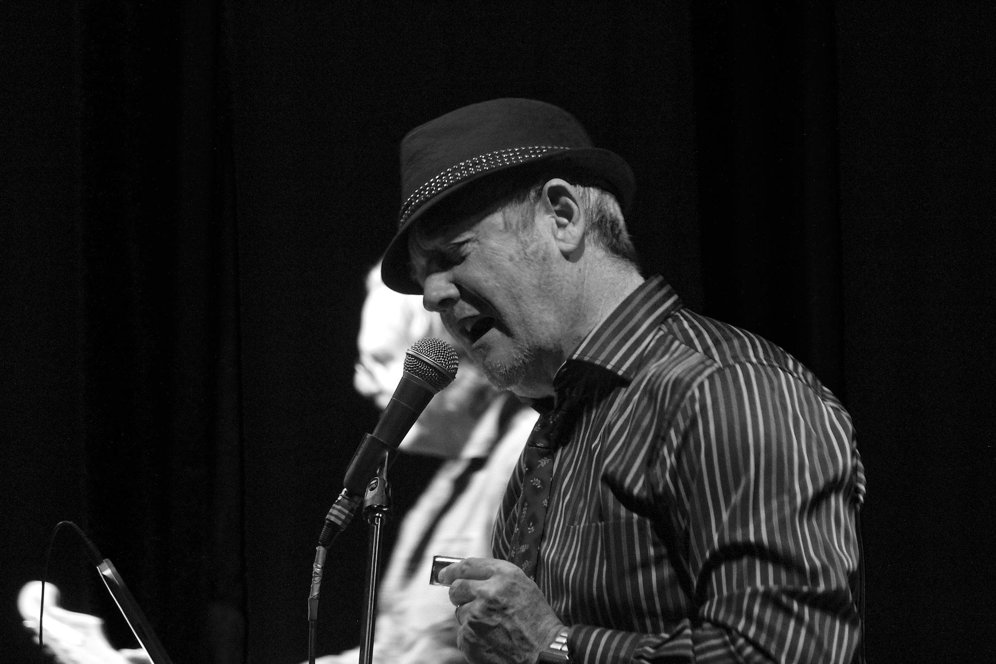 Marc, chant et harmonica.