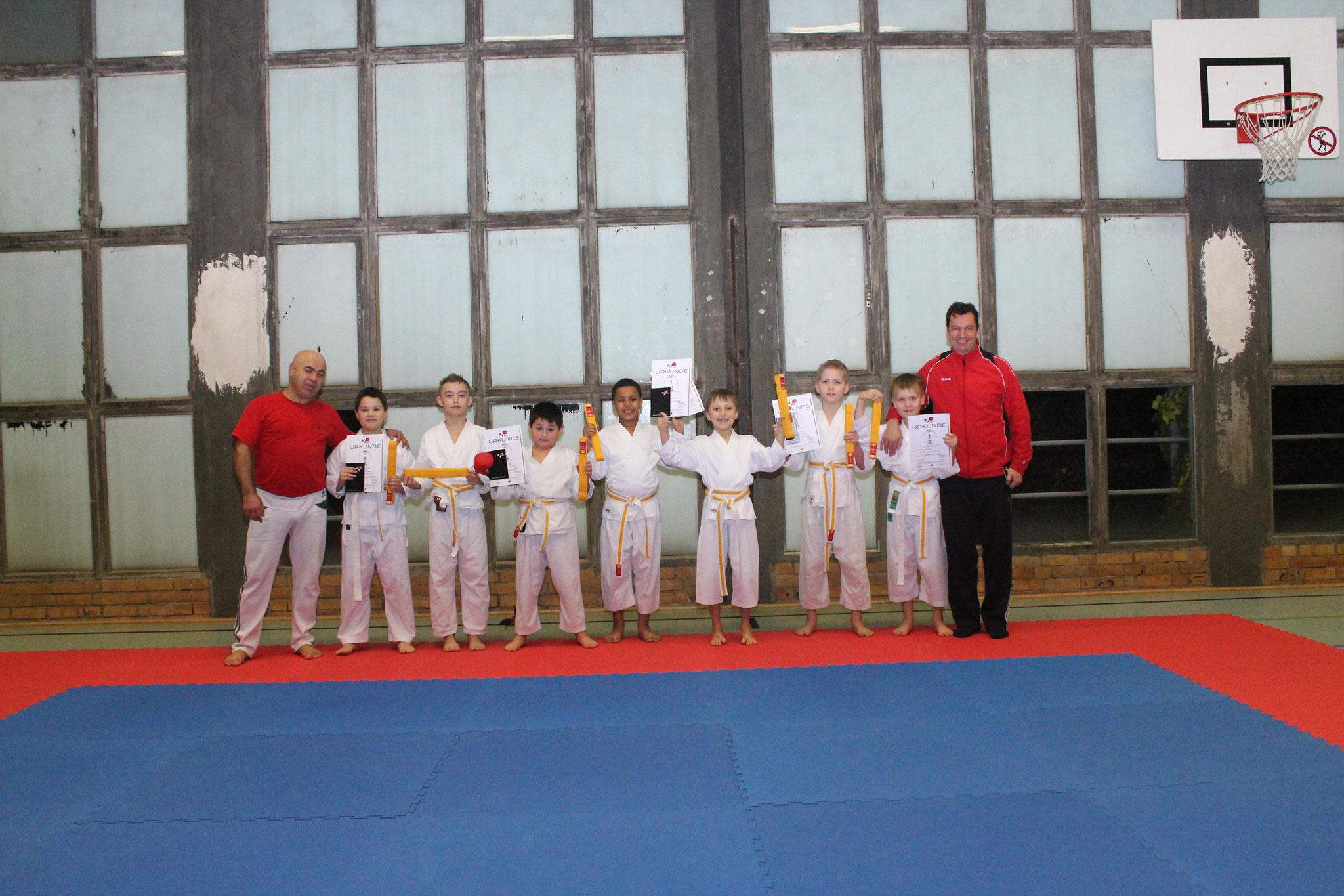 Die Kinder der ersten Gruppe mit Ihren Urkunden :) Max, Delian, Janne, Kimi, Edie, Onyia, Omar und Eva